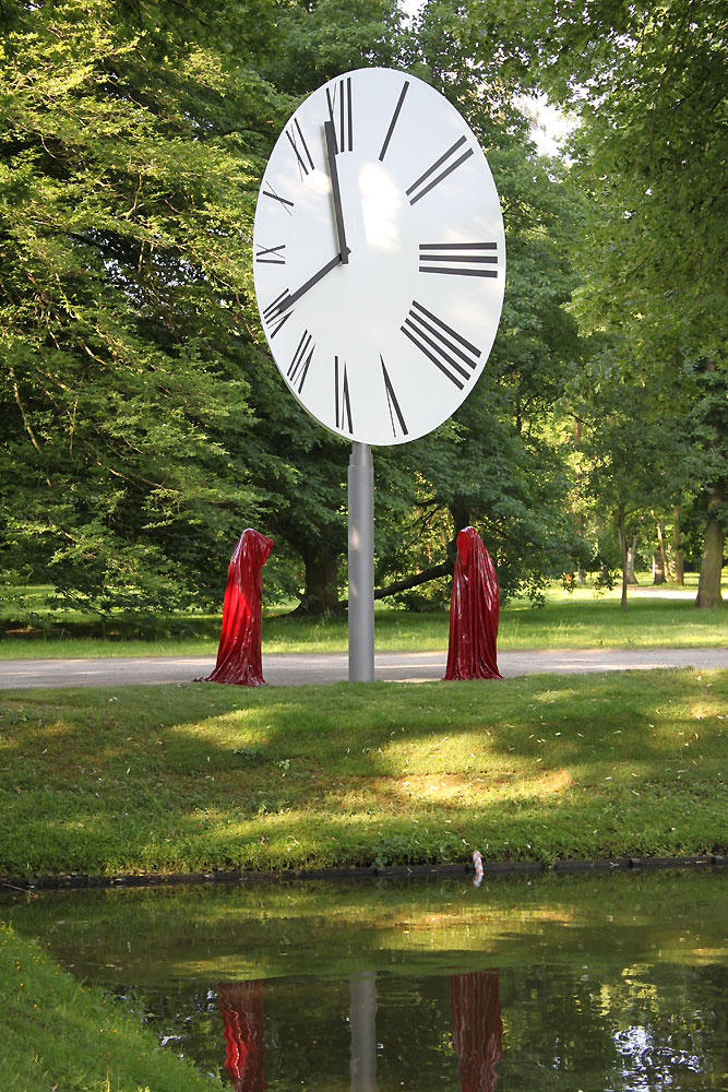 Contemporary art documenta show sculpture time guards kili manfred