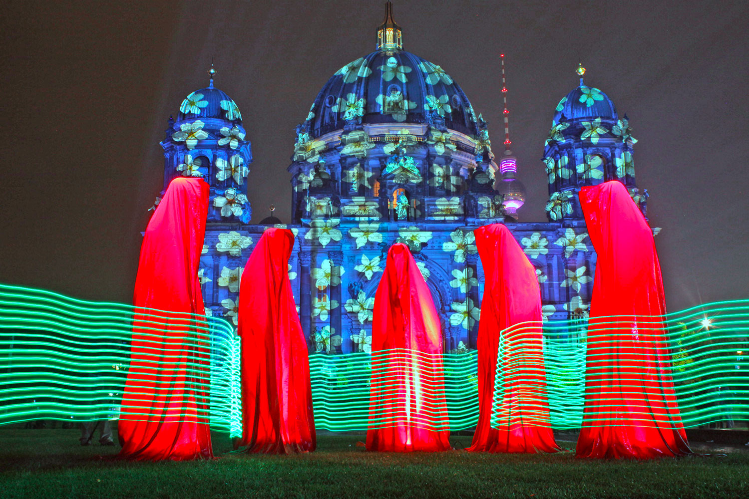 festival-of-lights-berlin-guardians-of-time-manfred-kielnhofer-light-art-sculpture-berliner-dom-lustgarten-waechter-6851y