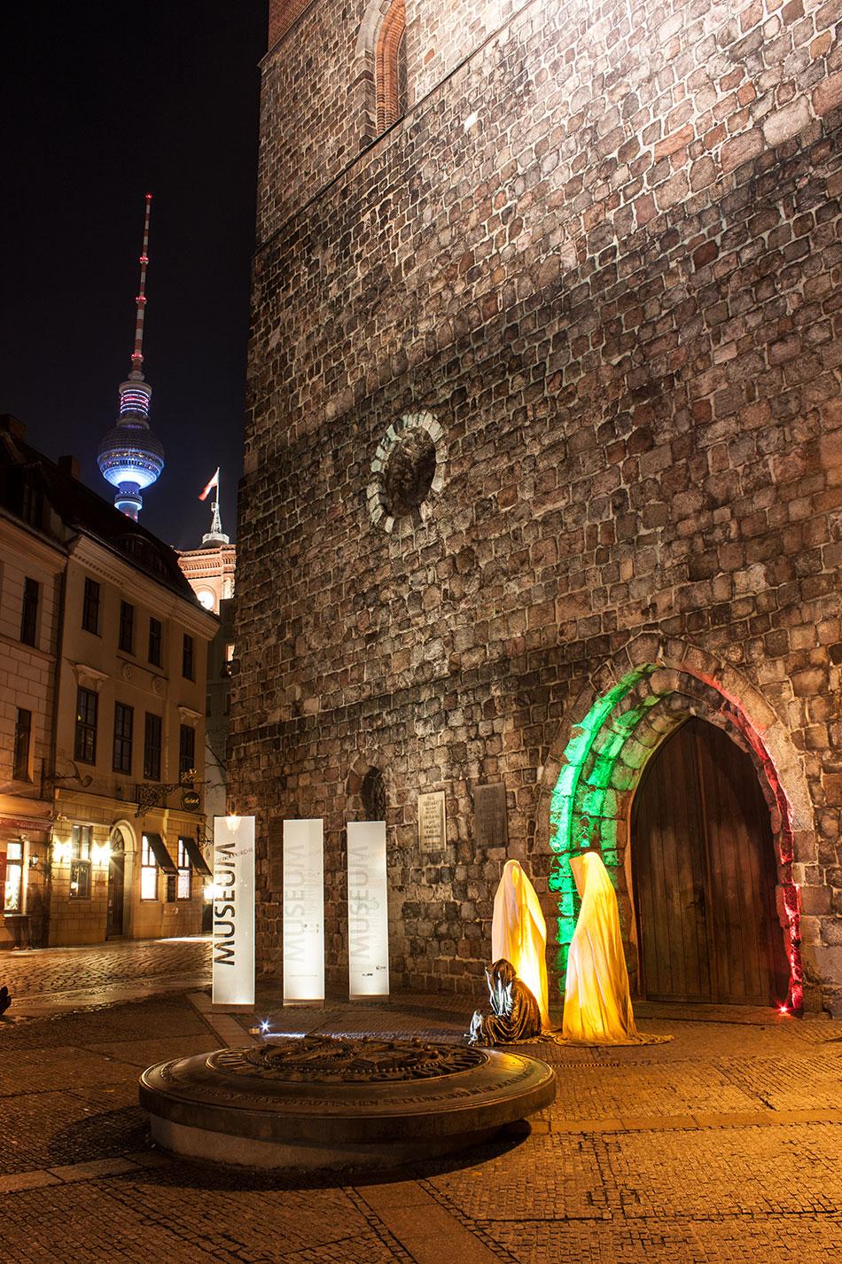 festival-of-lights-berlin-light-art-festival-contemporary-fine-art-design-show-guardiansof-time-manfred-kili-kielnhofer-sculpture-3711