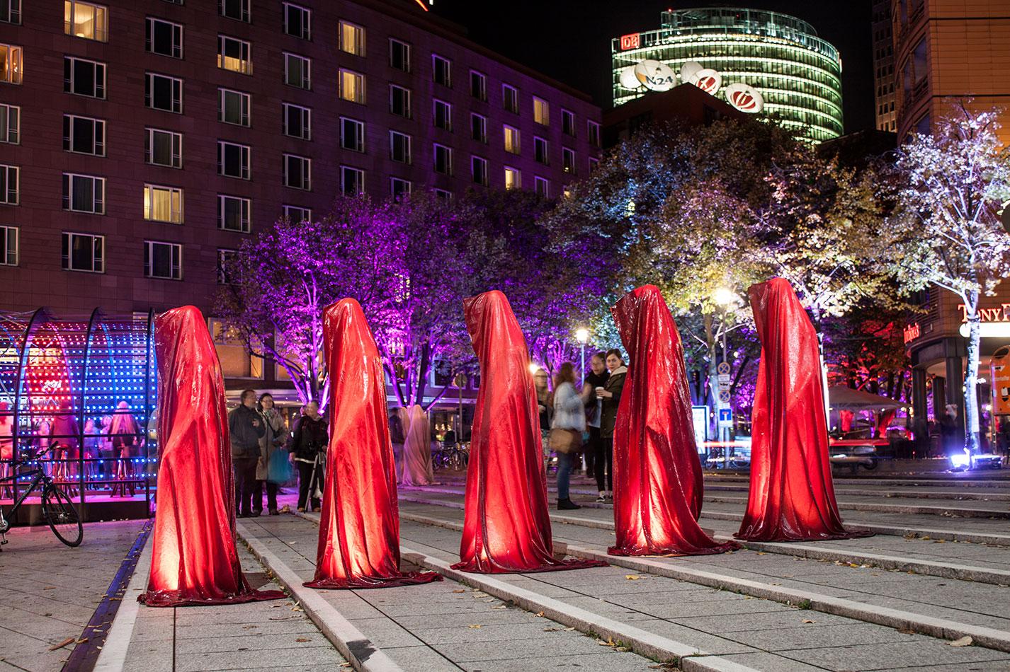 festival-of-lights-berlin-light-art-festival-contemporary-fine-art-design-show-guardiansof-time-manfred-kili-kielnhofer-sculpture-3823