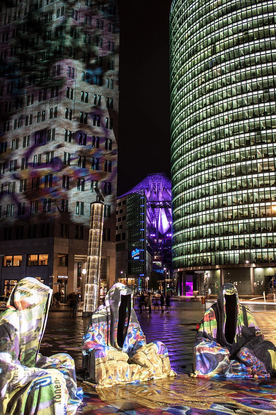 festival-of-lights-berlin-light-art-festival-contemporary-fine-art-design-show-guardiansof-time-manfred-kili-kielnhofer-sculpture-3843