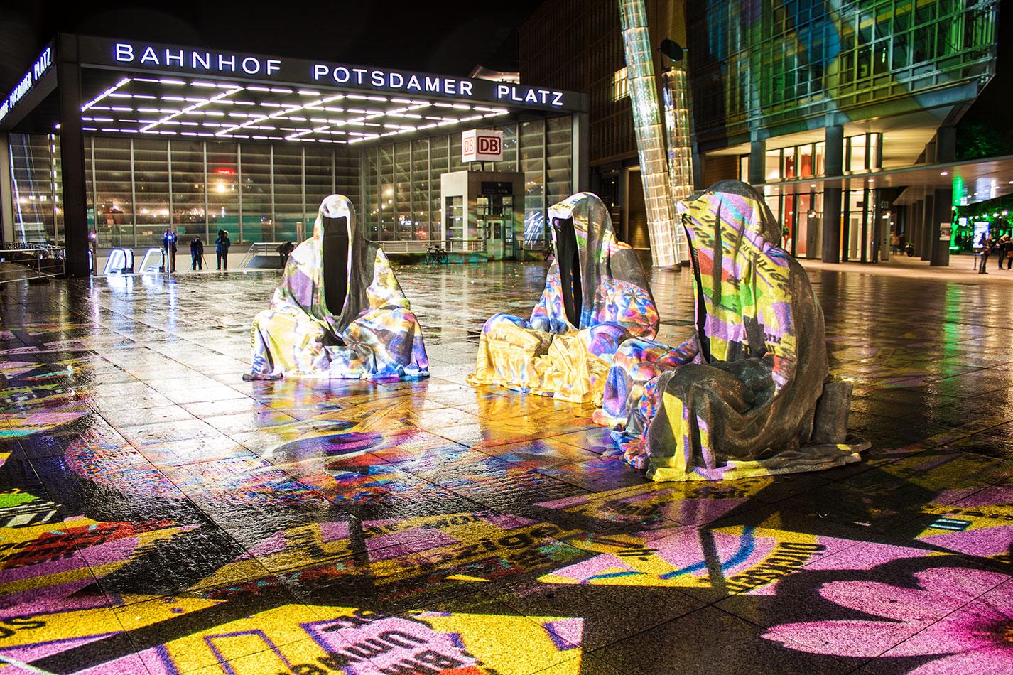 festival-of-lights-berlin-light-art-festival-contemporary-fine-art-design-show-large-scale-sculpture-guardiansof-time-manfred-kili-kielnhofer-sculpture-3856