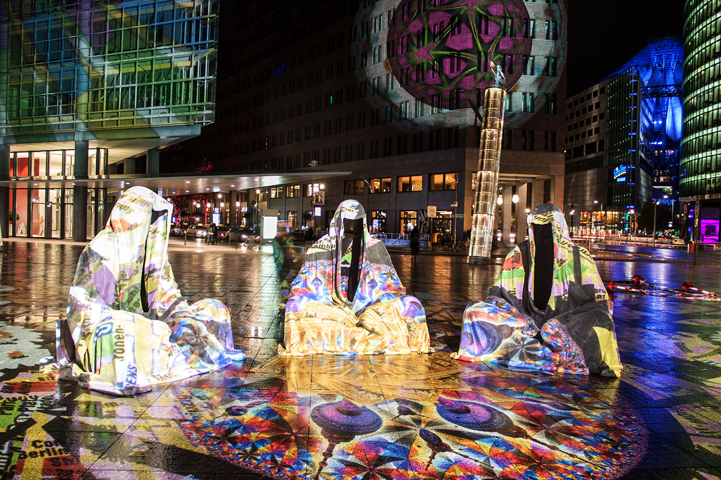 festival-of-lights-berlin-light-art-festival-contemporary-fine-art-design-show-large-scale-sculpture-guardiansof-time-manfred-kili-kielnhofer-sculpture-3865