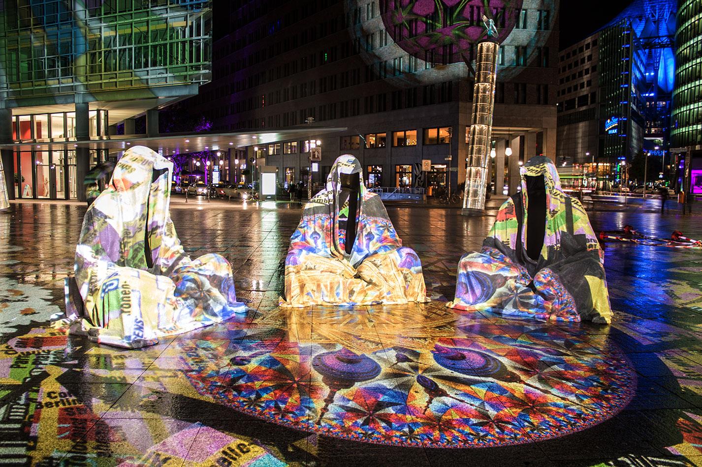 festival-of-lights-berlin-light-art-festival-contemporary-fine-art-design-show-large-scale-sculpture-guardiansof-time-manfred-kili-kielnhofer-sculpture-3866