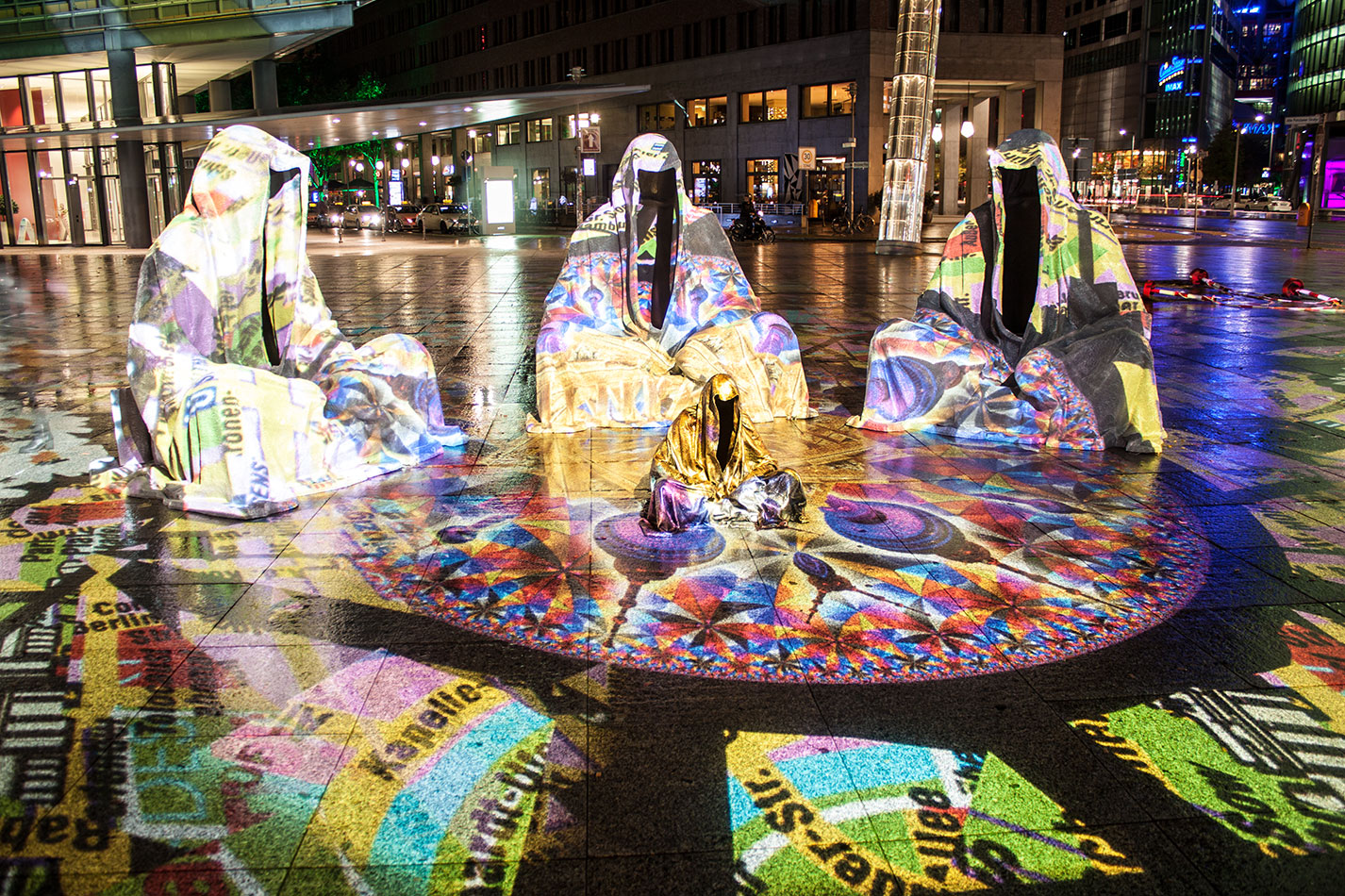 festival-of-lights-berlin-light-art-festival-contemporary-fine-art-design-show-large-scale-sculpture-guardiansof-time-manfred-kili-kielnhofer-sculpture-3872