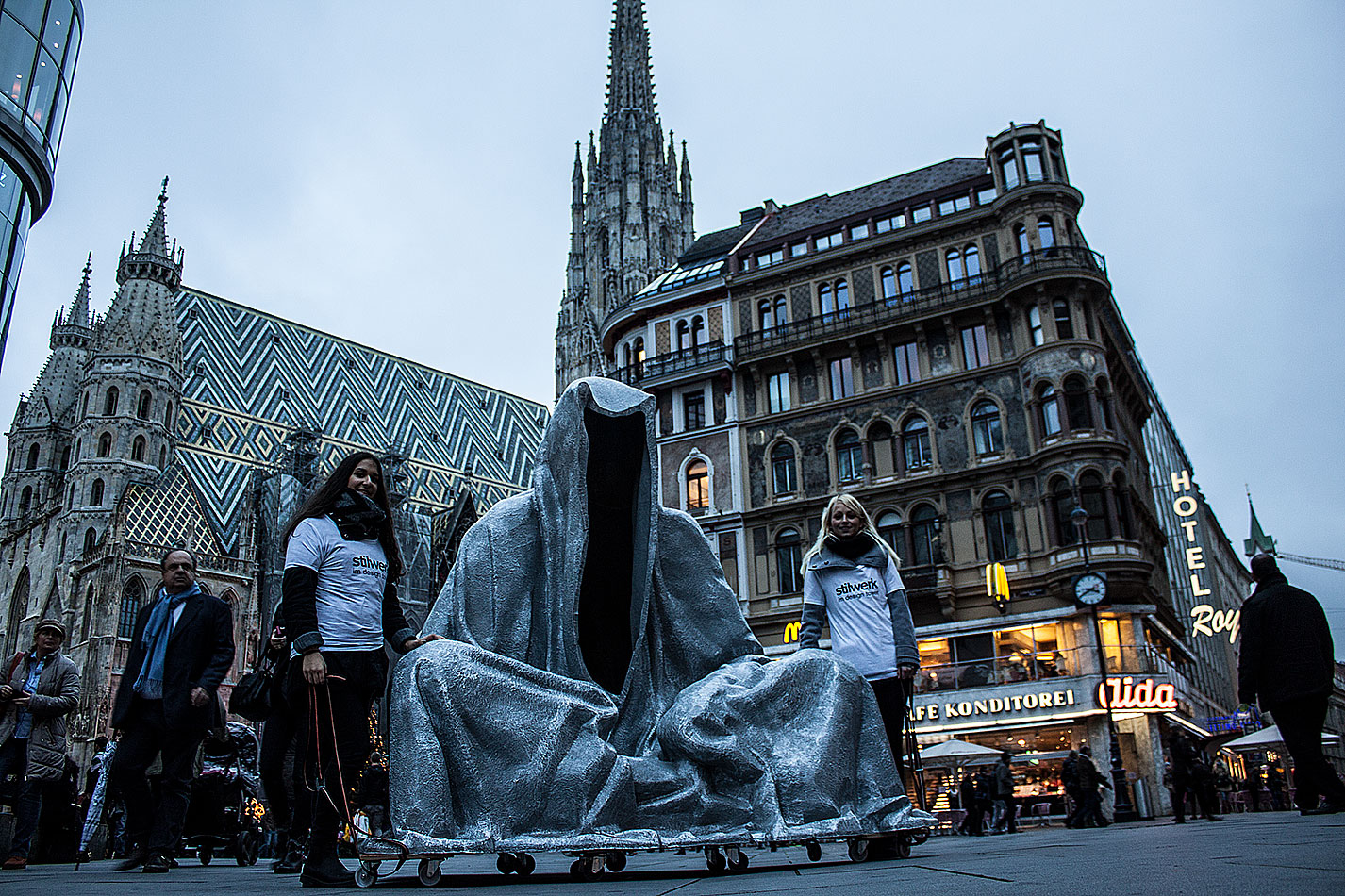 stilwerk-wien-design-tower-art-antique-fair-vienna-wikam-guardians-of-time-manfred-kielnhofer-duekouba-designkooperative-public-art-sculpture-transport-design-tour-vienna-4980