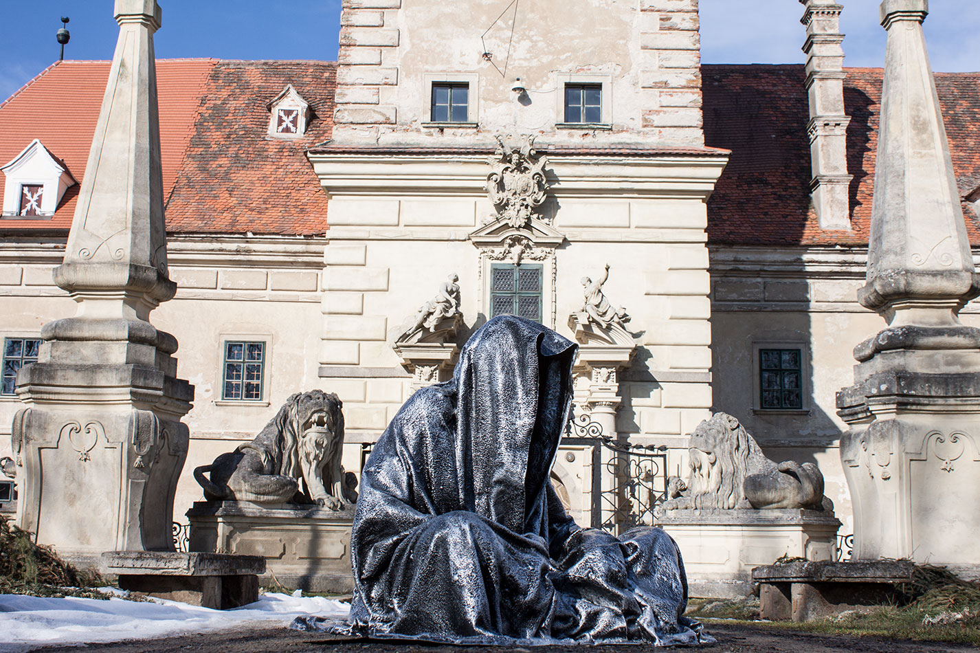 castle-greilenstein-lower-austria-wood-quater-waldviertel-guardians-of-time-contemporary-art-sculpture-design-antique-manfred-kielnhofer-7384