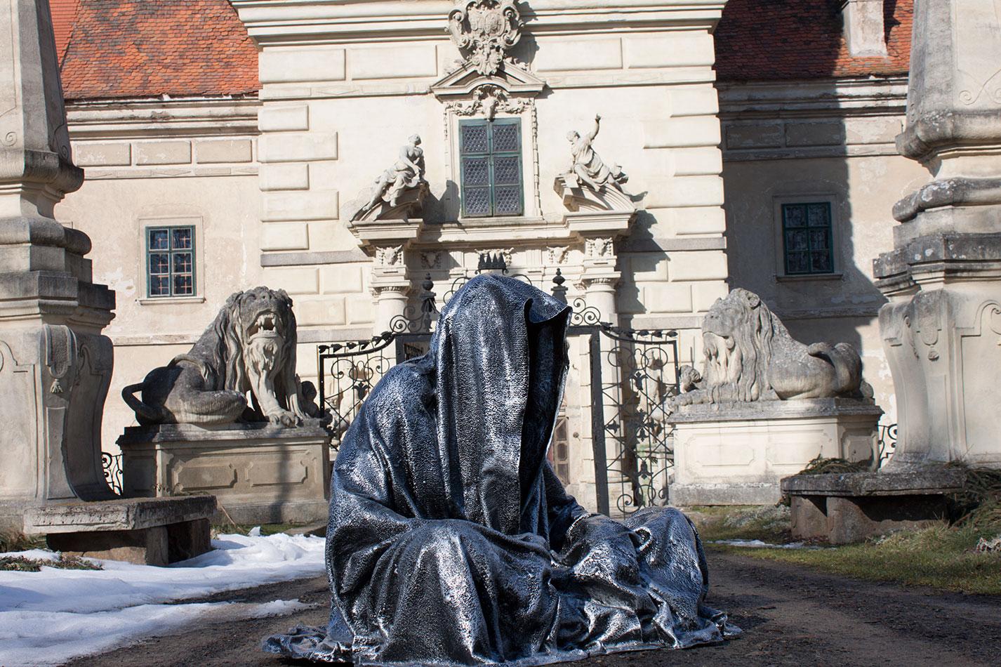 castle-greilenstein-lower-austria-wood-quater-waldviertel-guardians-of-time-contemporary-art-sculpture-design-antique-manfred-kielnhofer-7406