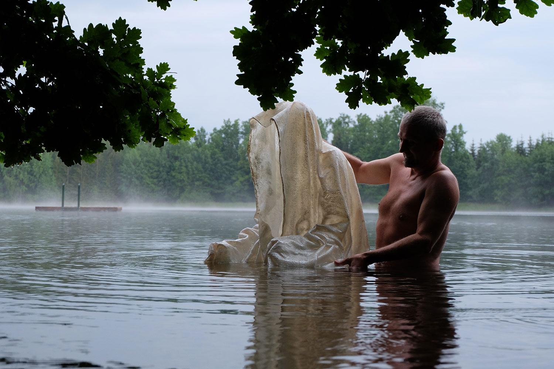 avalon-legend-mythology-ferryman-lake-ponds-guardians-of-time-manfred-kili-kielnhofer-contemporary-art-design-sculpture-statue-light-arts-3936