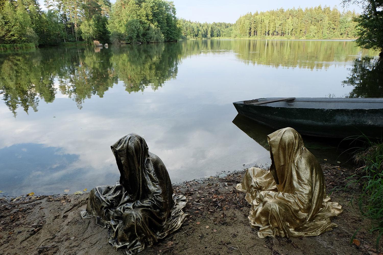 art-lower-austria-lake-contemporary-art-fine-arts-modern-sculpture-urban-statue-faceless-ghost-in-a-coat-guardians-of-time-manfred-kili-kielnhofer-6895
