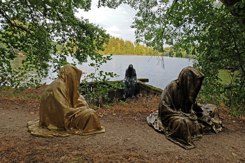 art-lower-austria-lake-contemporary-art-fine-arts-modern-sculpture-urban-statue-faceless-ghost-in-a-coat-guardians-of-time-manfred-kili-kielnhofer-7004y