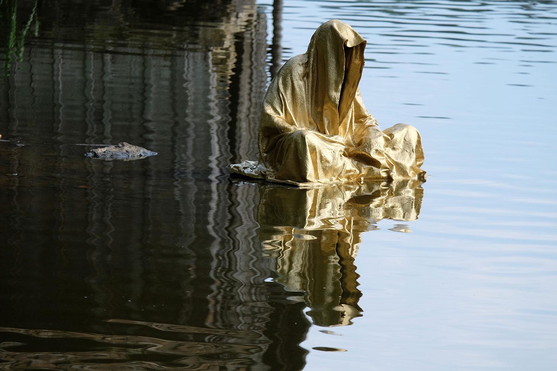 lower-austria-fish-pond-lake-guardians-of-time-by-manfred-kili-kielnhofer-contemporary-art-modern-sculpture-fine-photography-arts-ars-statue-7112