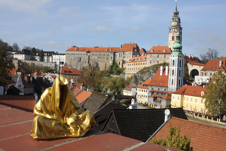 cesky-krumlov-castle-antique-contemporary-sculpture-art-arts-statue-guardians-of-time-manfred-kili-kielnhofer-ghost-faceless-0624