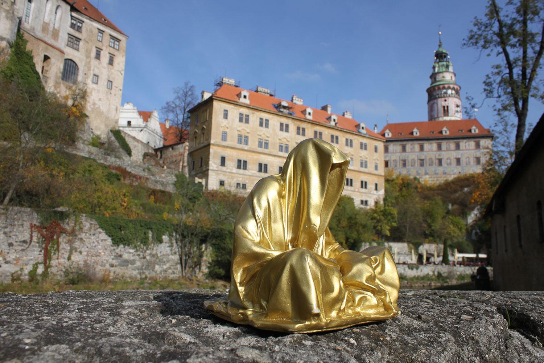 cesky-krumlov-castle-antique-contemporary-sculpture-art-arts-statue-guardians-of-time-manfred-kili-kielnhofer-ghost-faceless-0670
