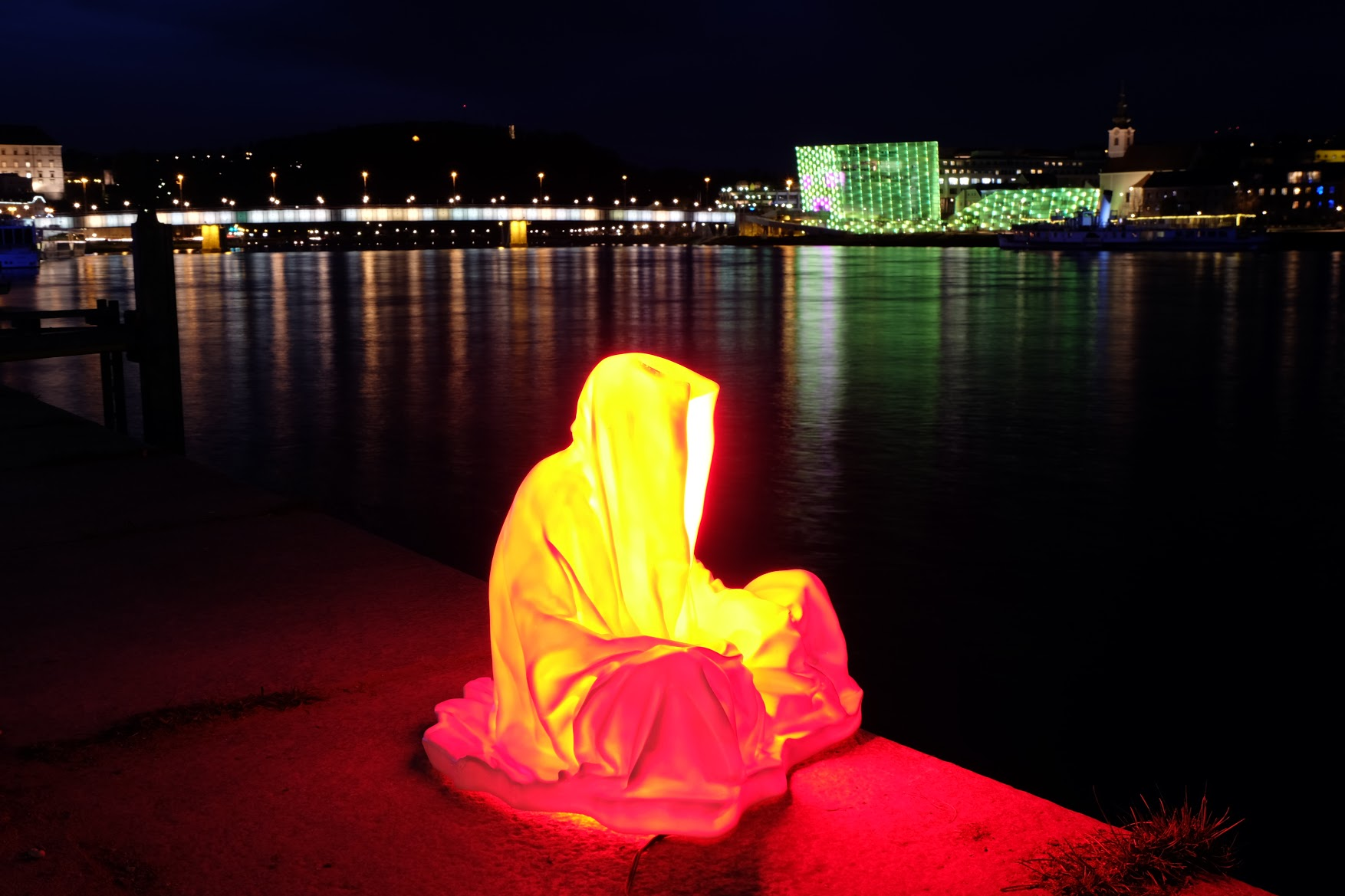 guardians of time manfred kielnhofer linz light art contemporary art sculpture statue modern design lamp light lumina 1779