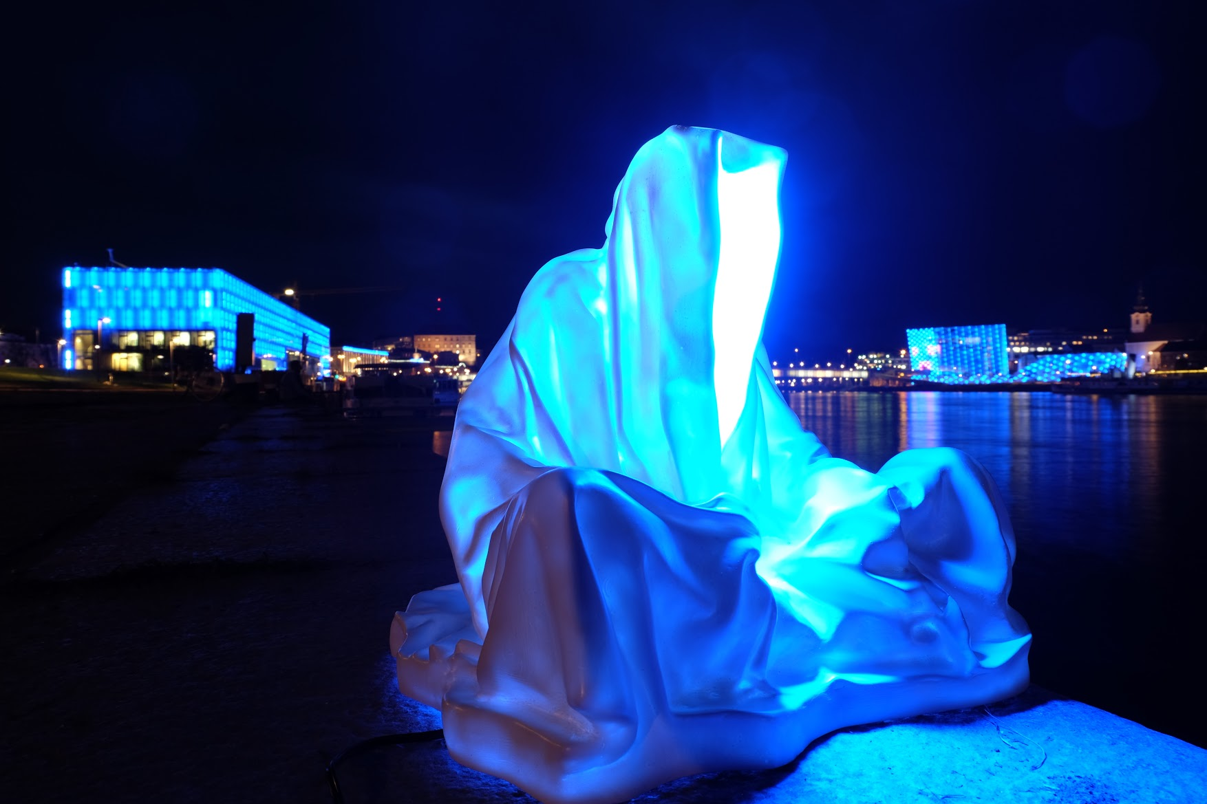 guardians of time manfred kielnhofer linz light art contemporary art sculpture statue modern design lamp light lumina 1785