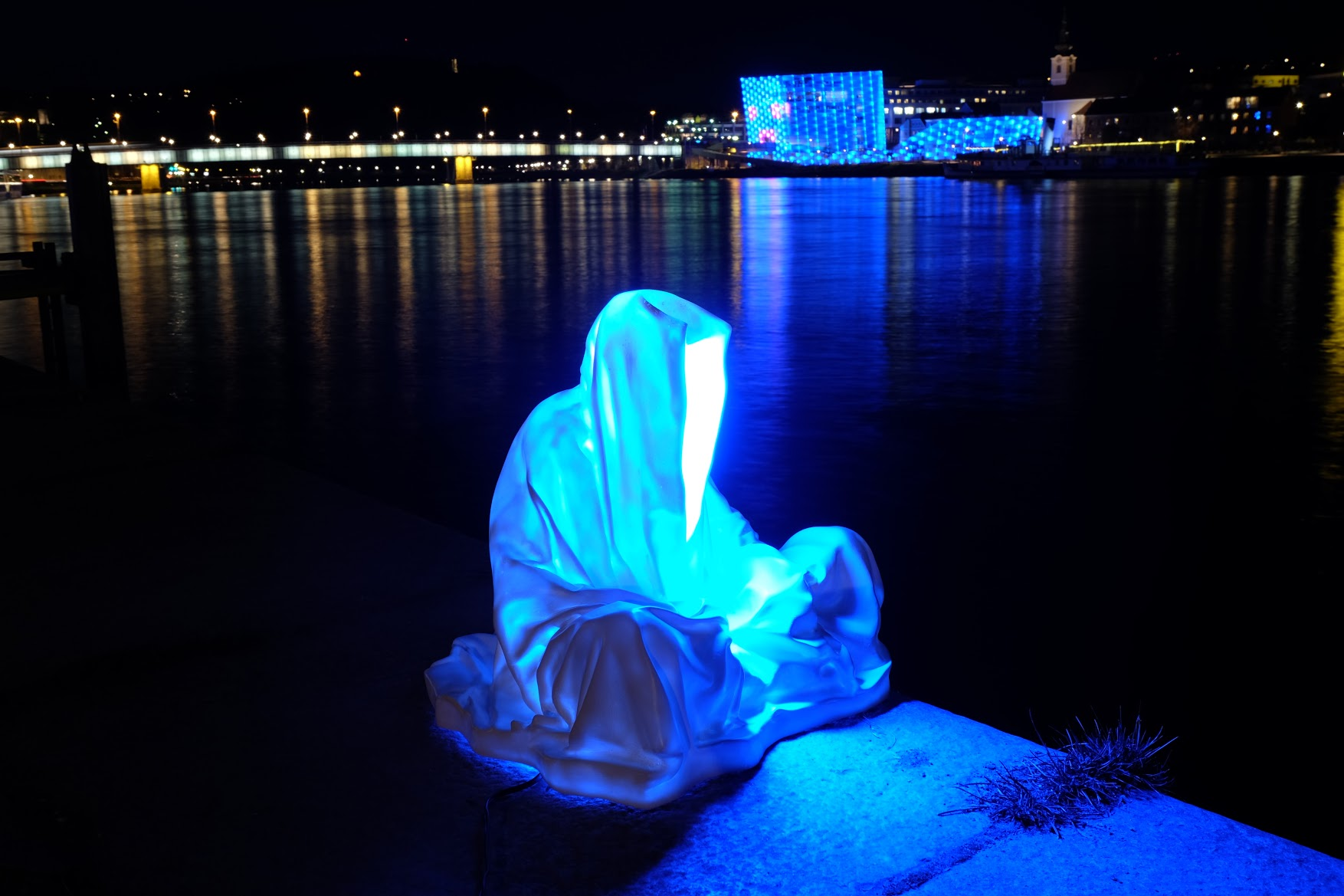 guardians of time manfred kielnhofer linz light art contemporary art sculpture statue modern design lamp light lumina 1790