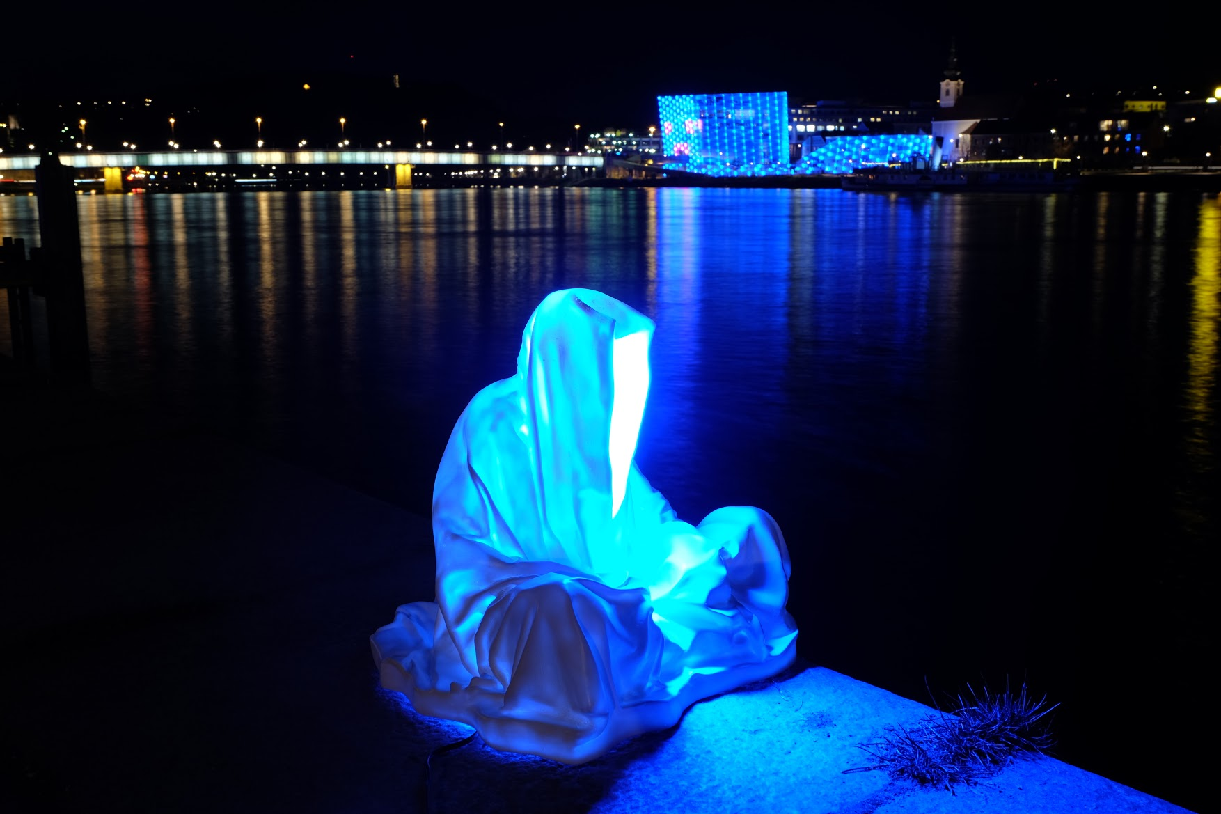 guardians of time manfred kielnhofer linz light art contemporary art sculpture statue modern design lamp light lumina 1792