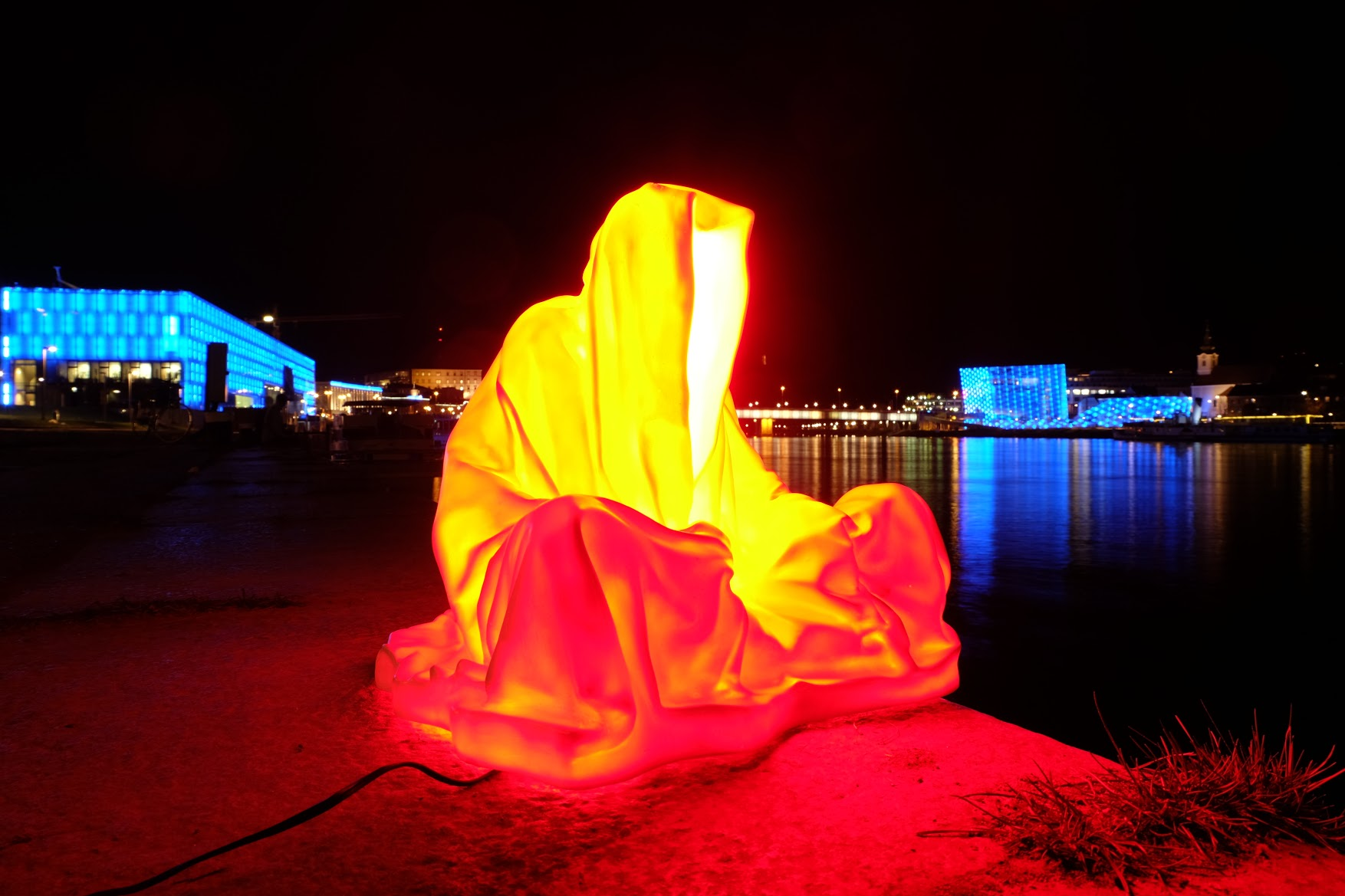 guardians of time manfred kielnhofer linz light art contemporary art sculpture statue modern design lamp light lumina 1810