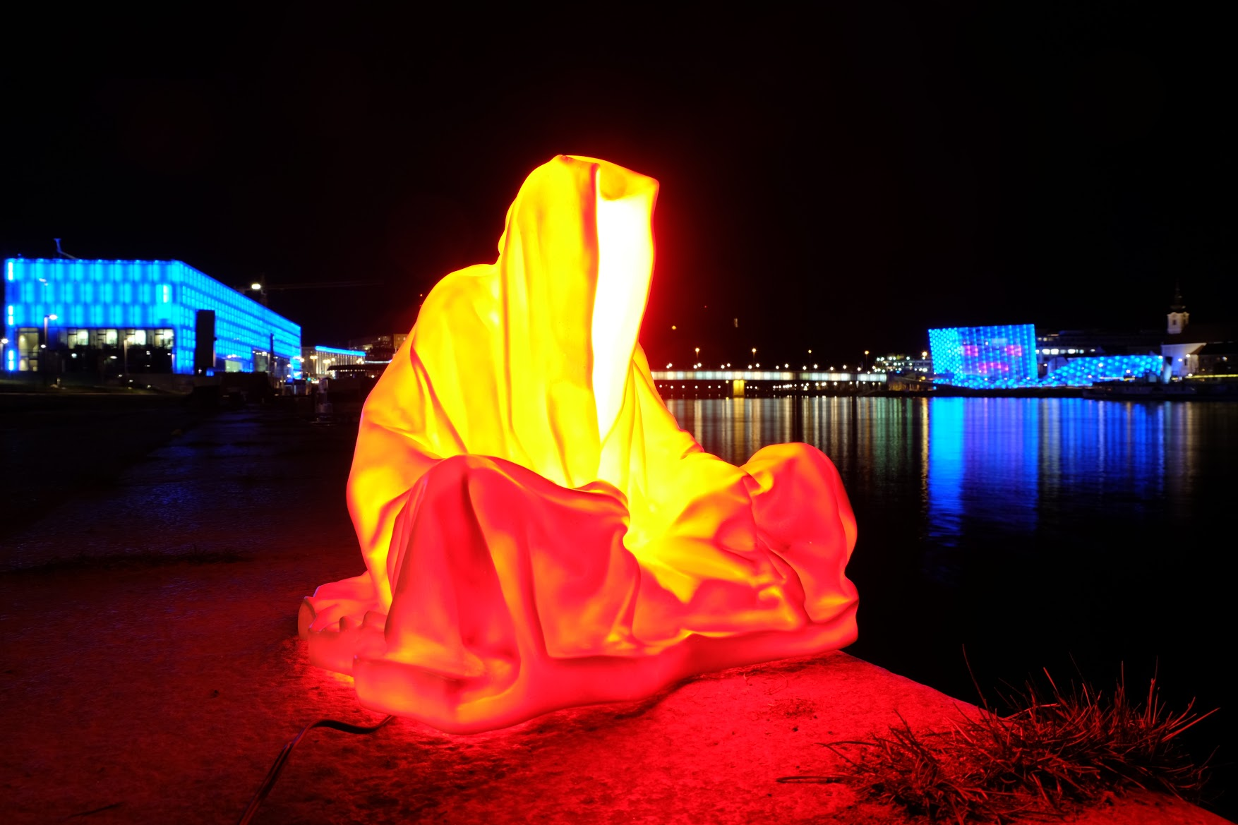 guardians of time manfred kielnhofer linz light art contemporary art sculpture statue modern design lamp light lumina 1817