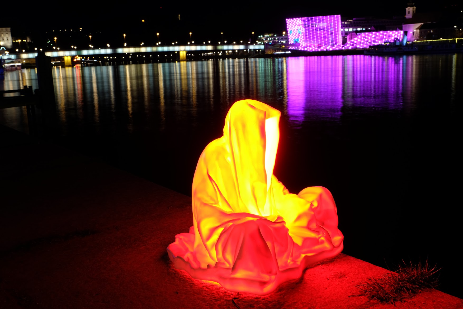 guardians of time manfred kielnhofer linz light art contemporary art sculpture statue modern design lamp light lumina 1821