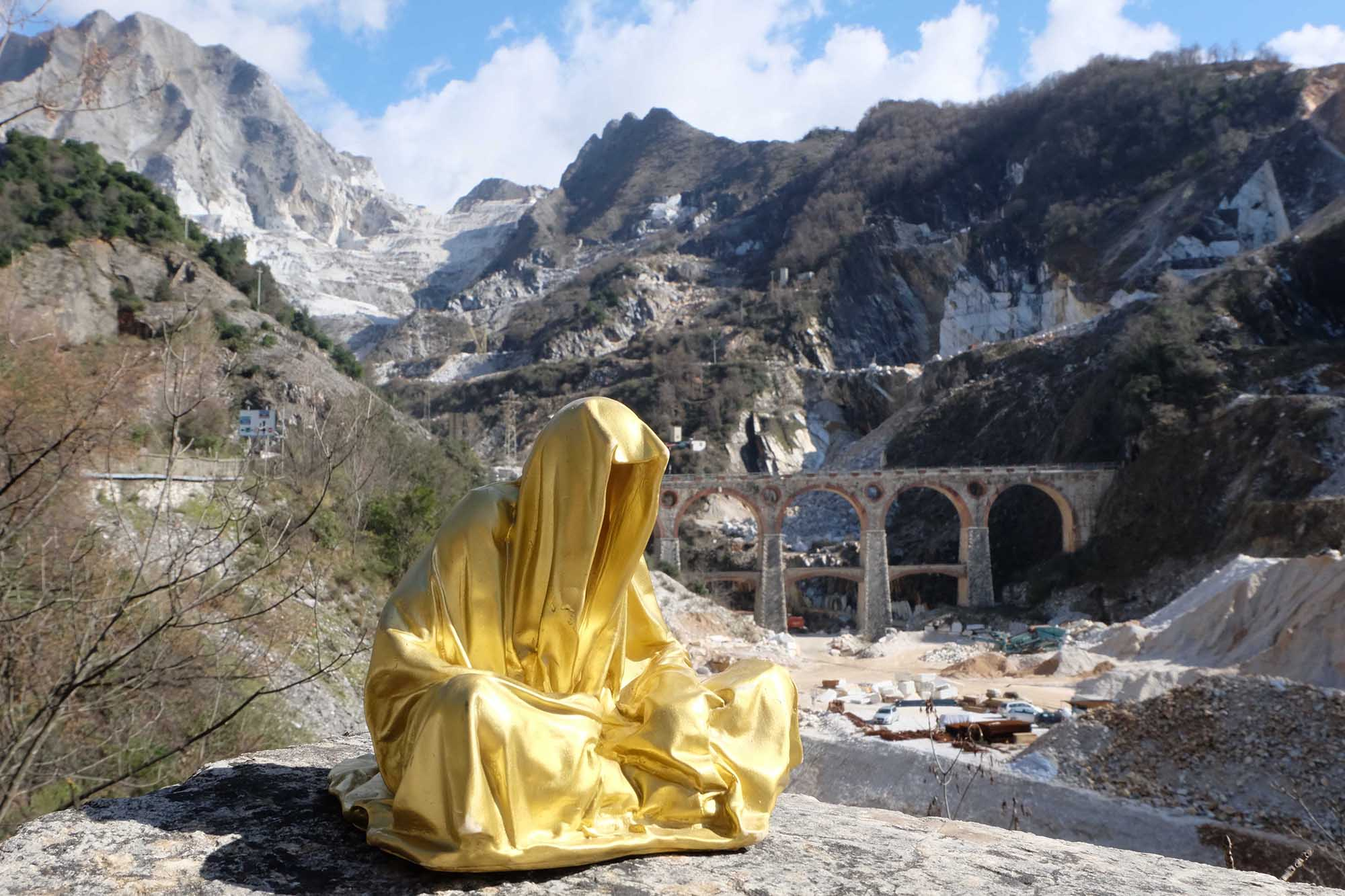 guardians of time manfred kili kielnhofer modern sculpture contemporary fine art design arts statue faceless religion stone marble carrara 0642
