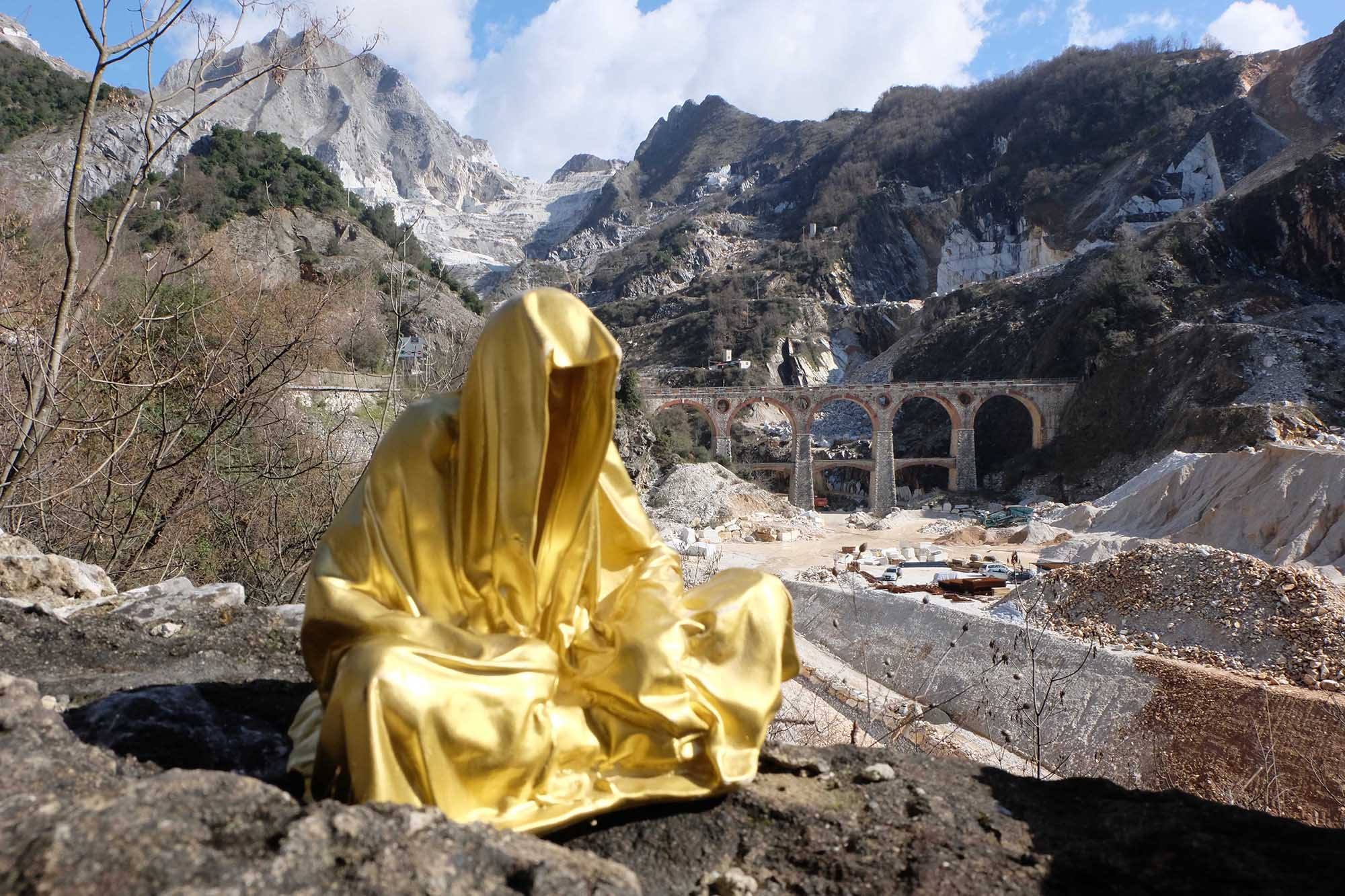 guardians of time manfred kili kielnhofer modern sculpture contemporary fine art design arts statue faceless religion stone marble carrara 0659