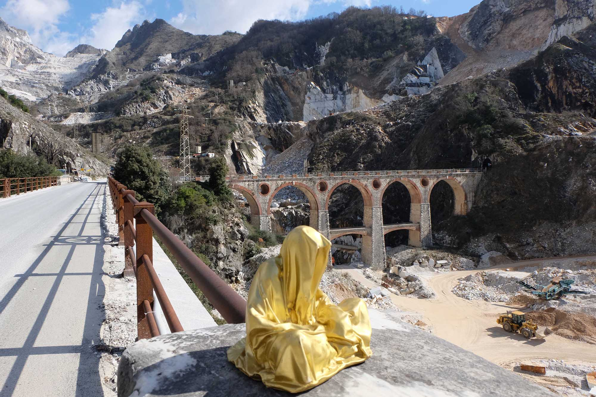 guardians of time manfred kili kielnhofer modern sculpture contemporary fine art design arts statue faceless religion stone marble carrara 0799
