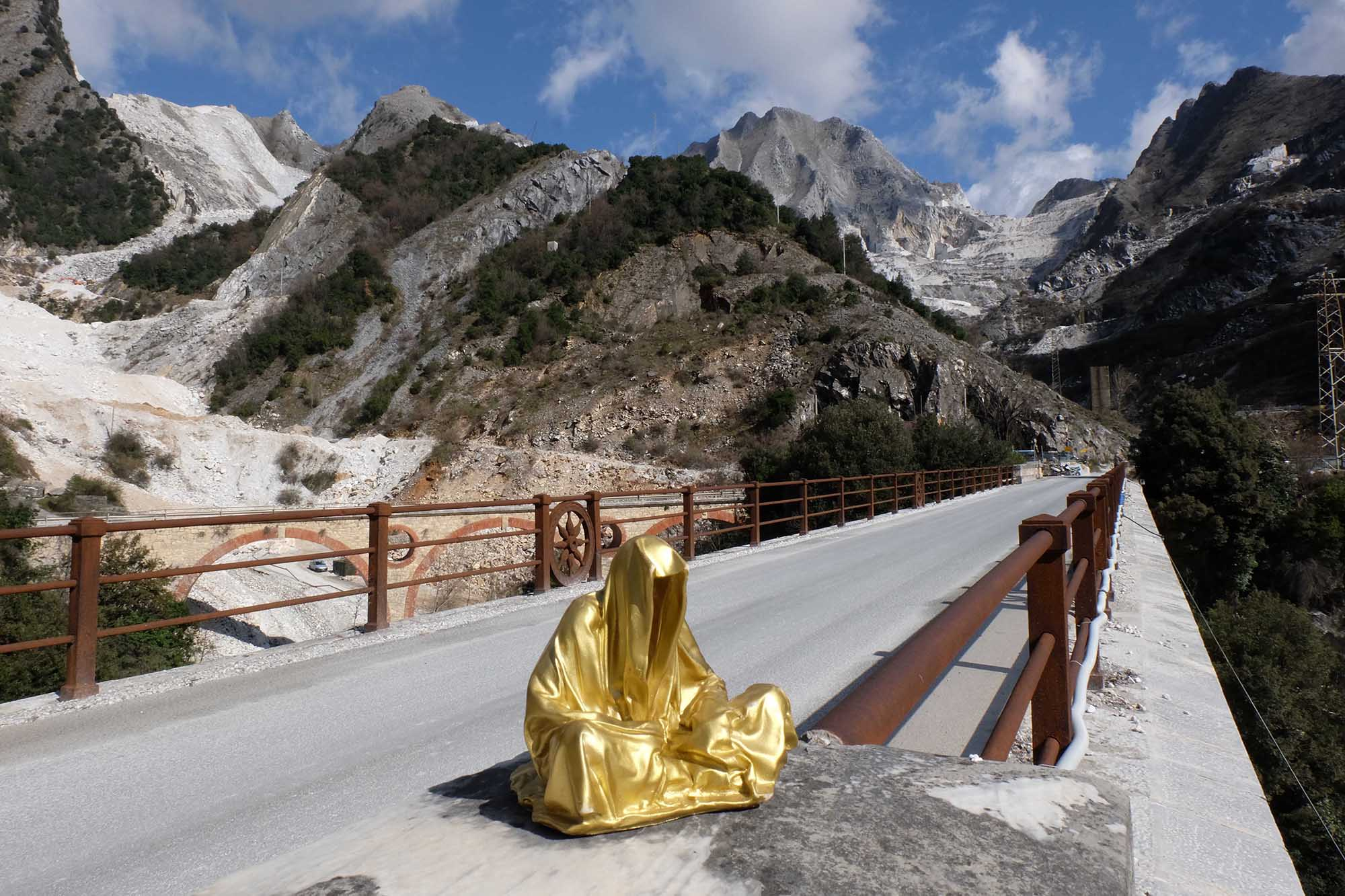 guardians of time manfred kili kielnhofer modern sculpture contemporary fine art design arts statue faceless religion stone marble carrara 0819