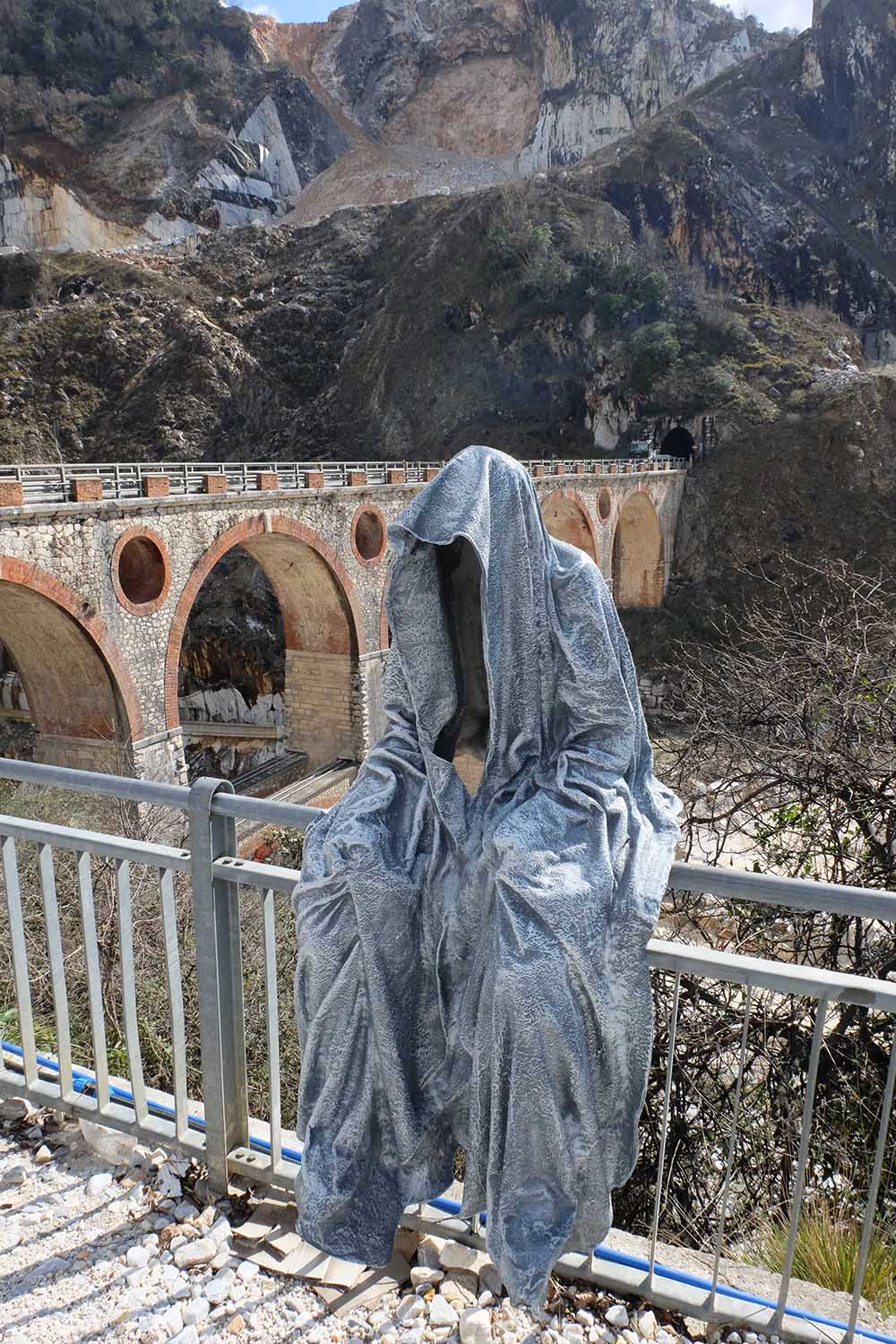 guardians of time manfred kili kielnhofer modern sculpture contemporary fine art design arts statue faceless religion stone marble carrara 0847