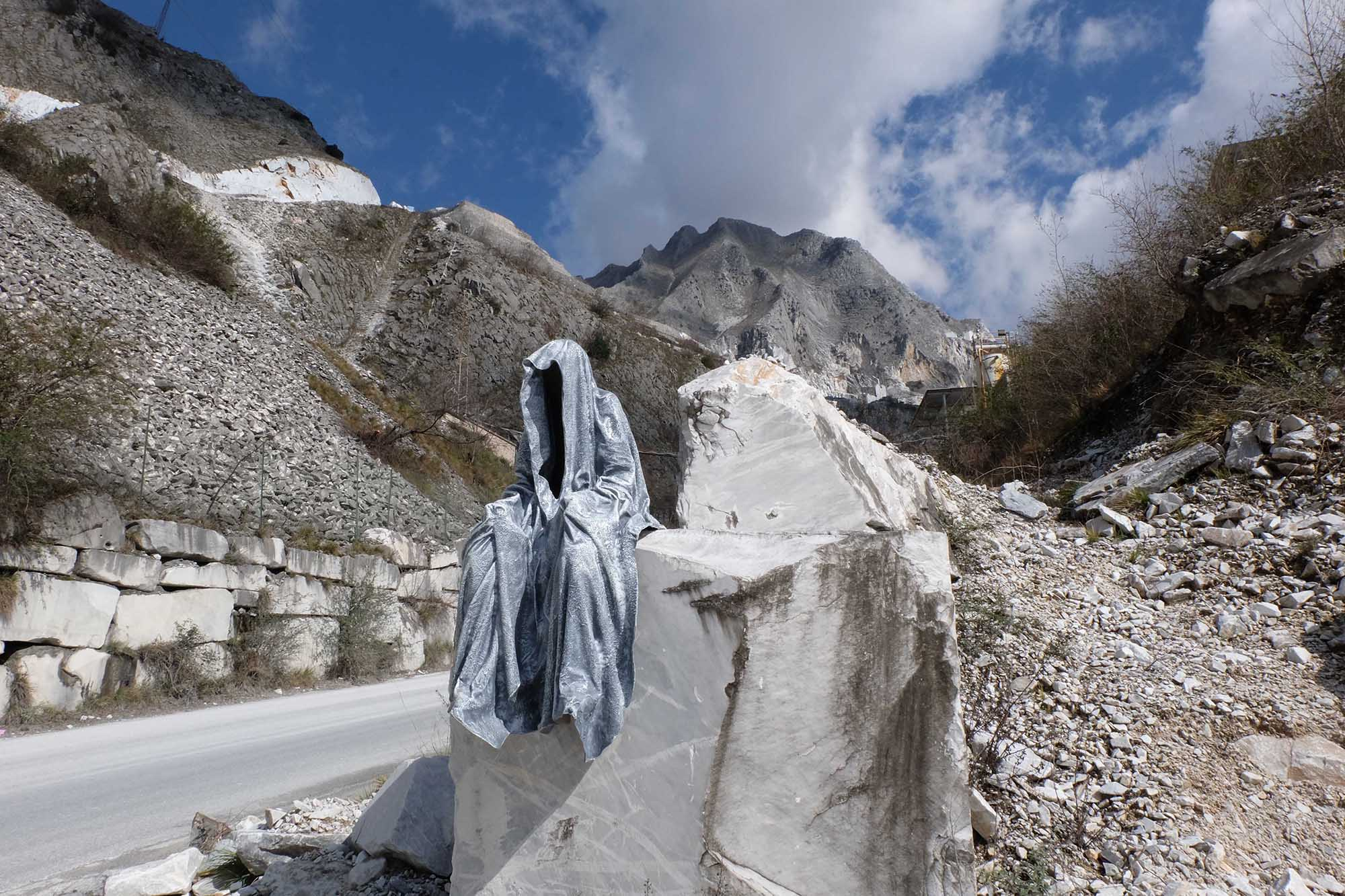 guardians of time manfred kili kielnhofer modern sculpture contemporary fine art design arts statue faceless religion stone marble carrara 0877