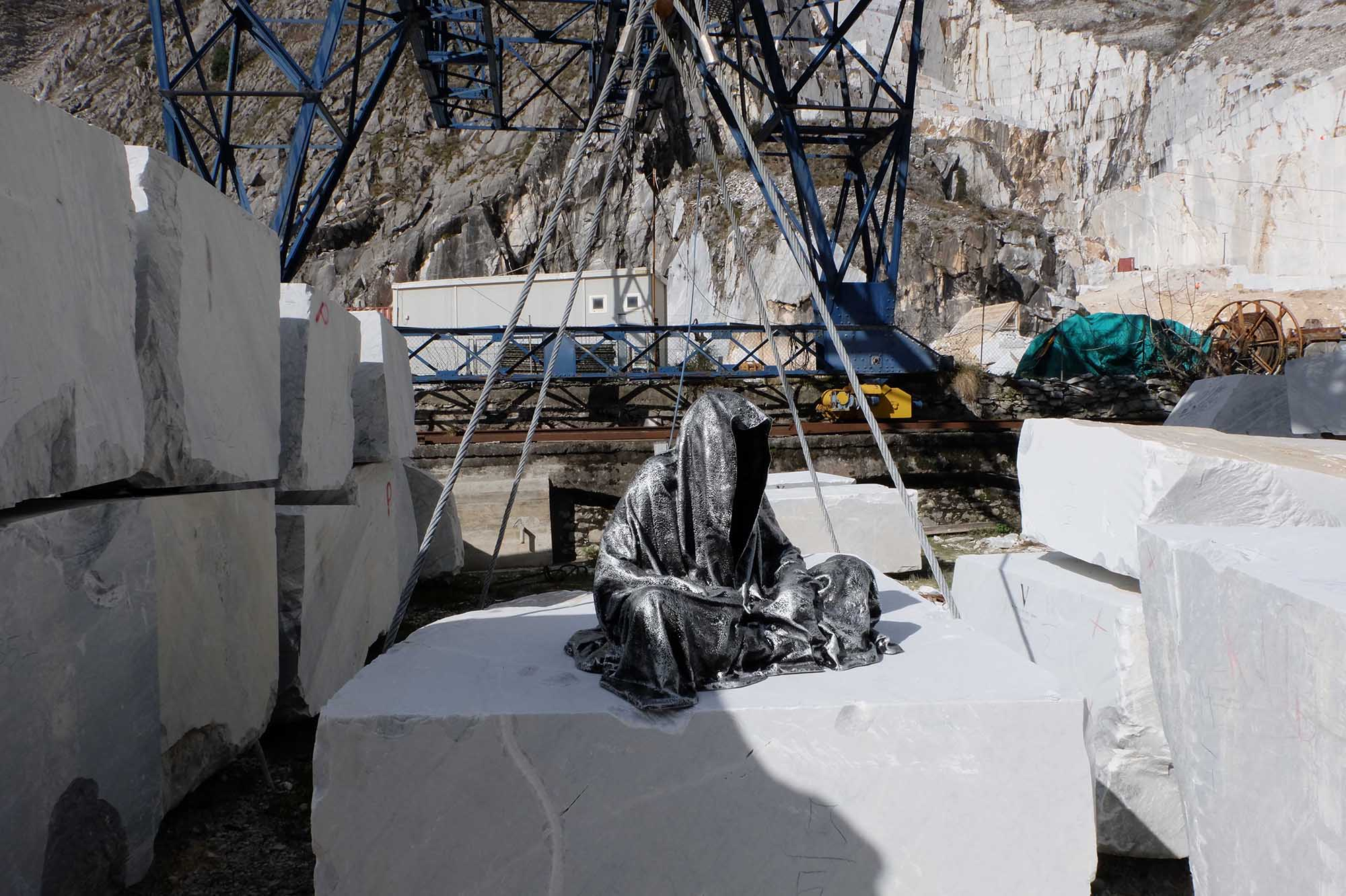 guardians of time manfred kili kielnhofer modern sculpture contemporary fine art design arts statue faceless religion stone marble carrara 1130