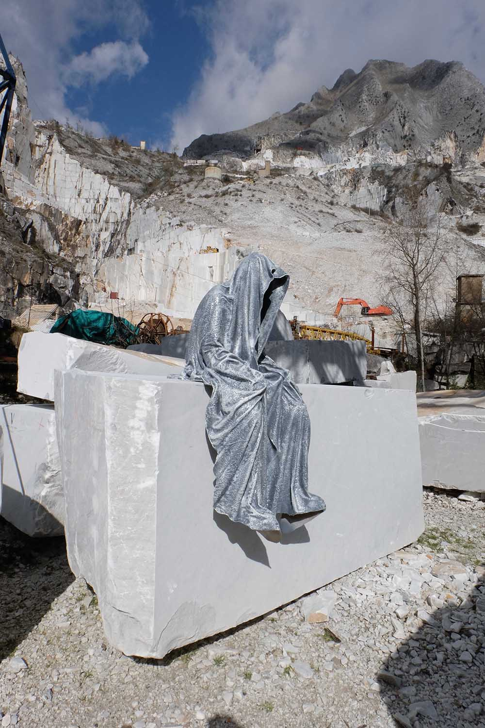 guardians of time manfred kili kielnhofer modern sculpture contemporary fine art design arts statue faceless religion stone marble carrara 1131