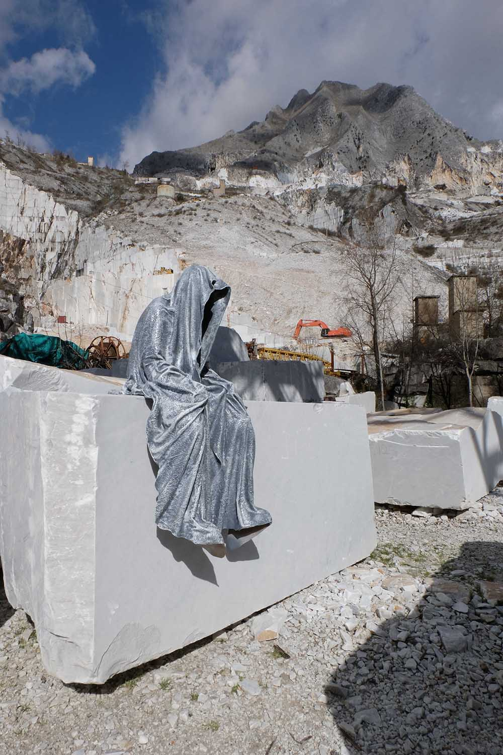 guardians of time manfred kili kielnhofer modern sculpture contemporary fine art design arts statue faceless religion stone marble carrara 1133
