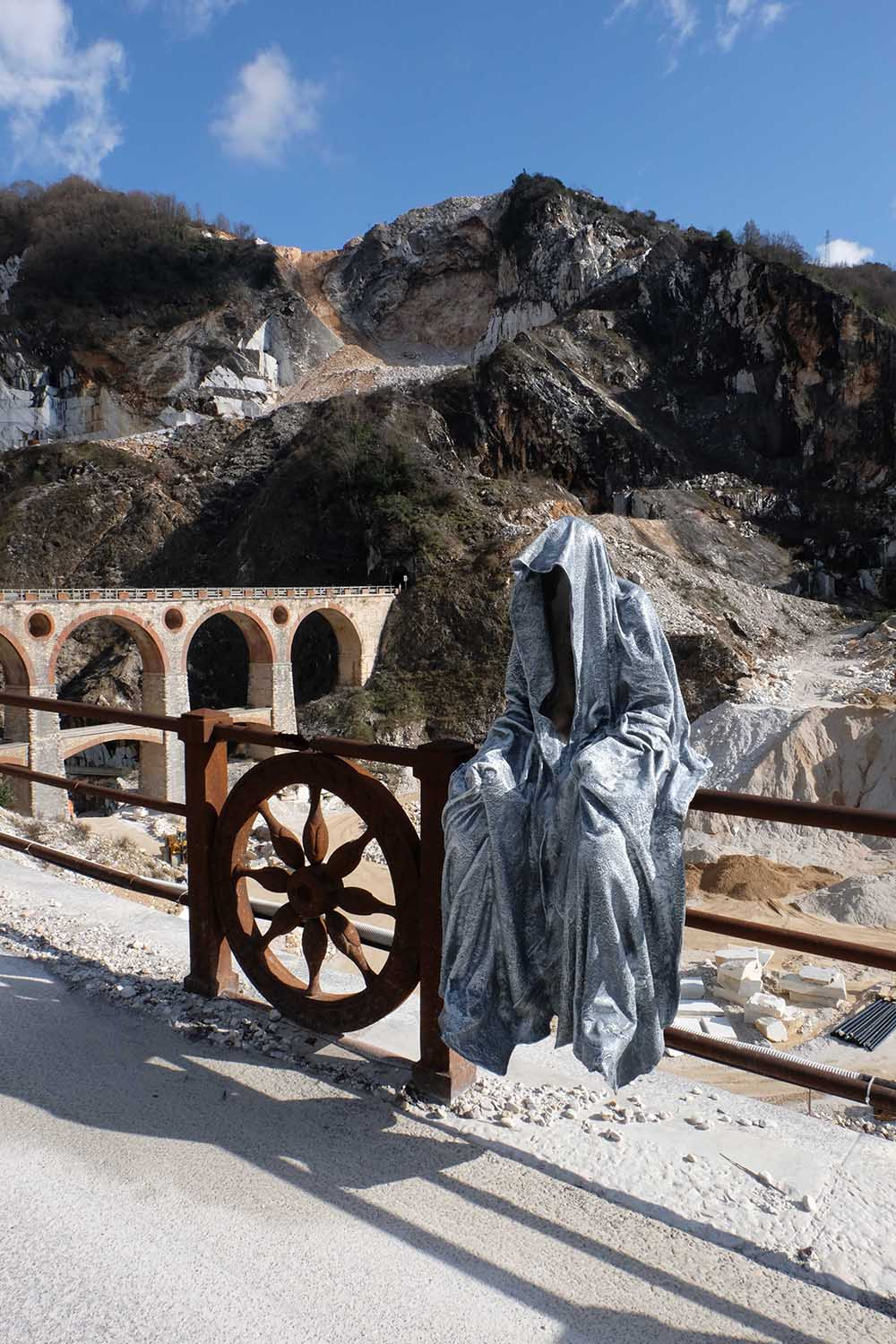 guardians of time manfred kili kielnhofer modern sculpture contemporary fine art design arts statue faceless religion stone marble carrara 1252