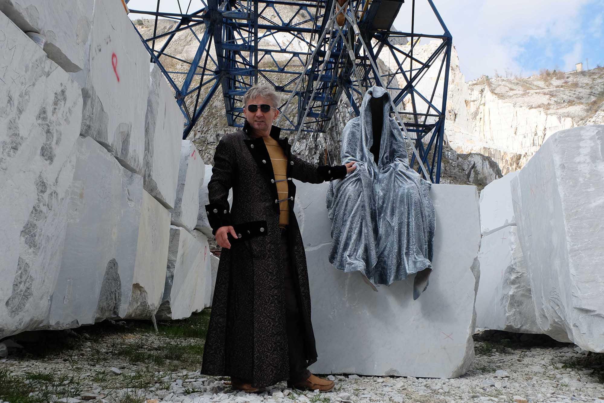 guardians of time manfred kili kielnhofer modern sculpture contemporary fine art design arts statue faceless religion stone marble carrara 4837
