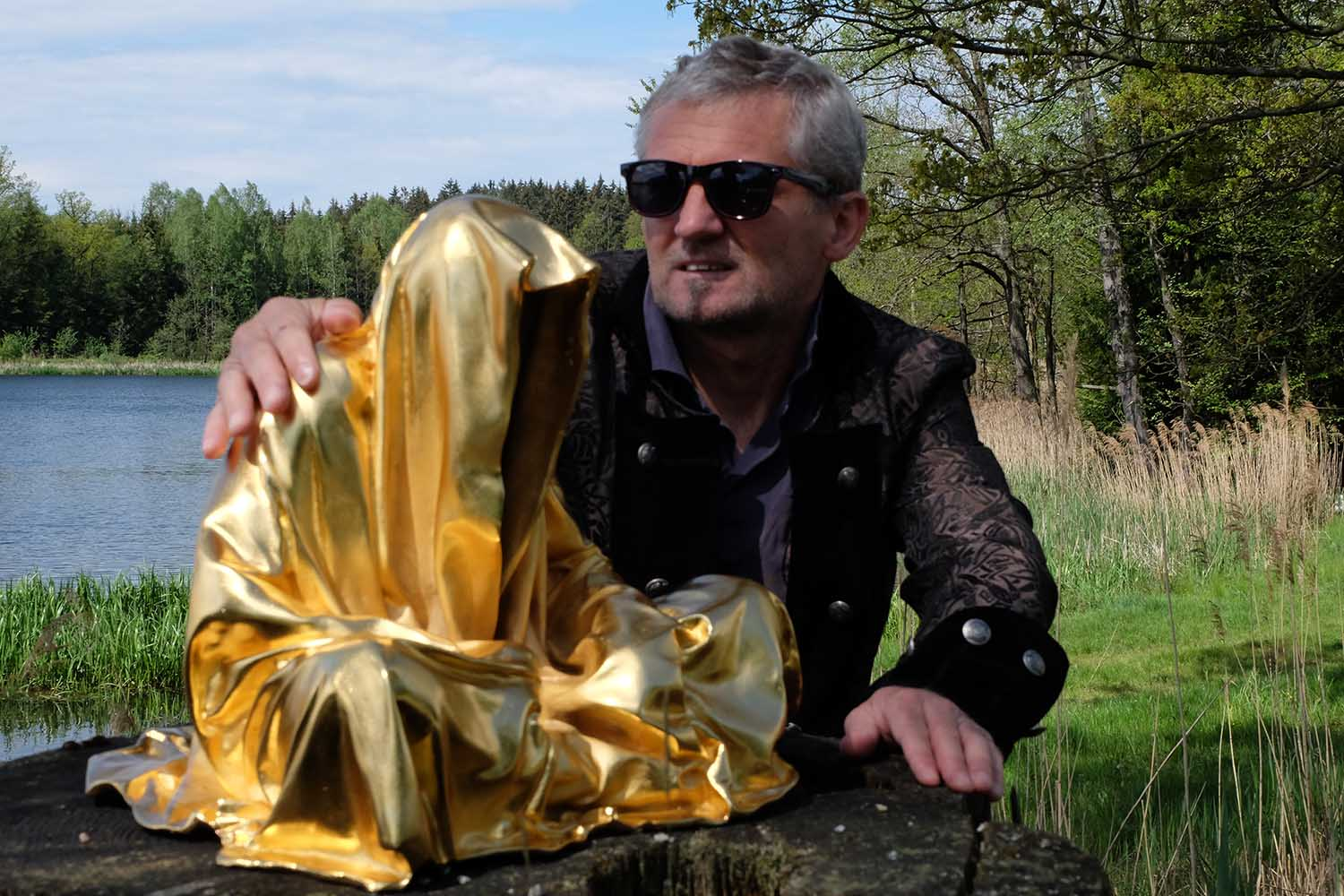guardians of time by manfred kielnhofer kili contemporary art fine arts modern design artist sculpture statue form shape faceless gold silver bronze stone marble show 2199
