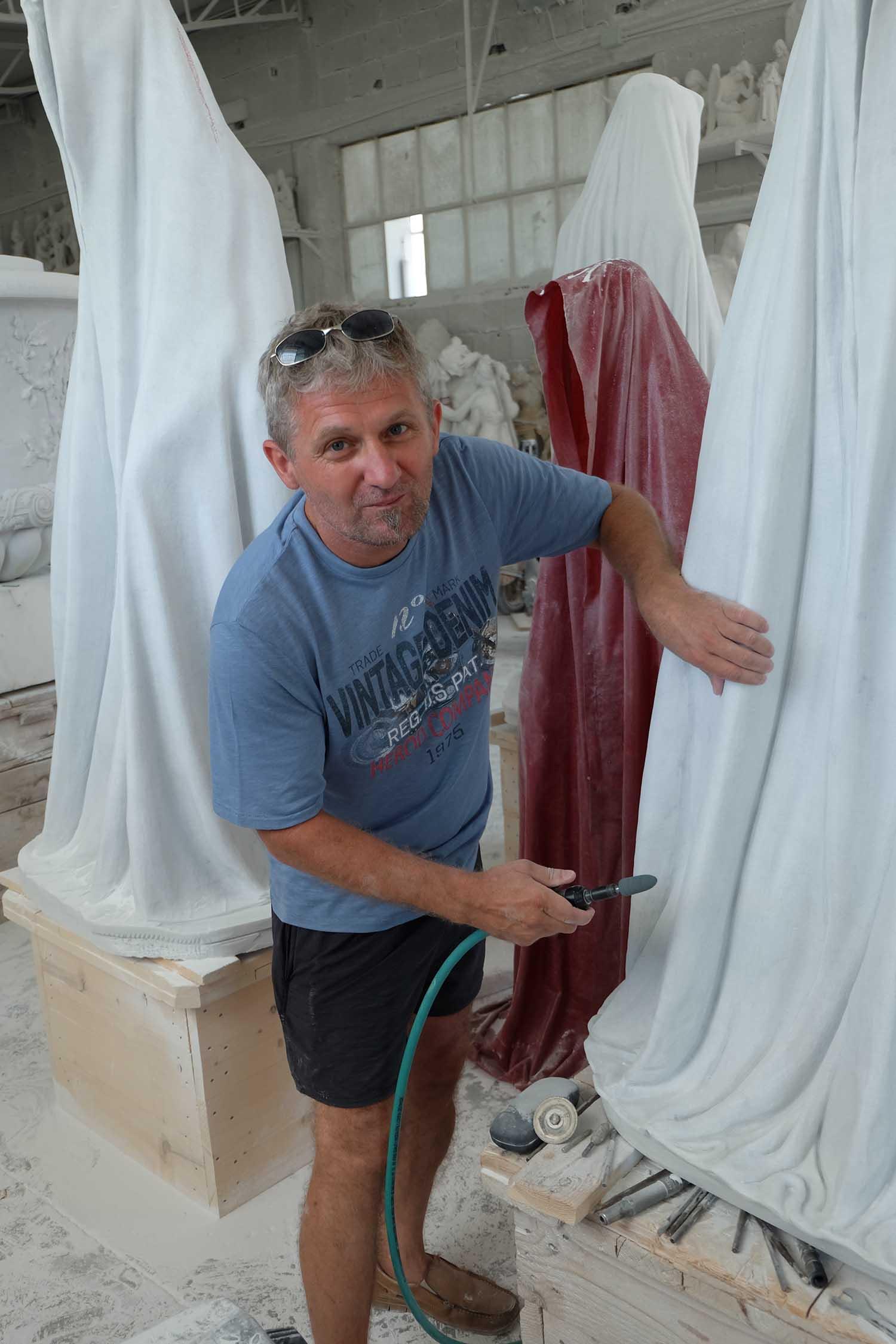 marble stone carrara italy massimo galleni guardians of time manfred kielnhofer sculture modern design contemporary art fine arts statue 7552