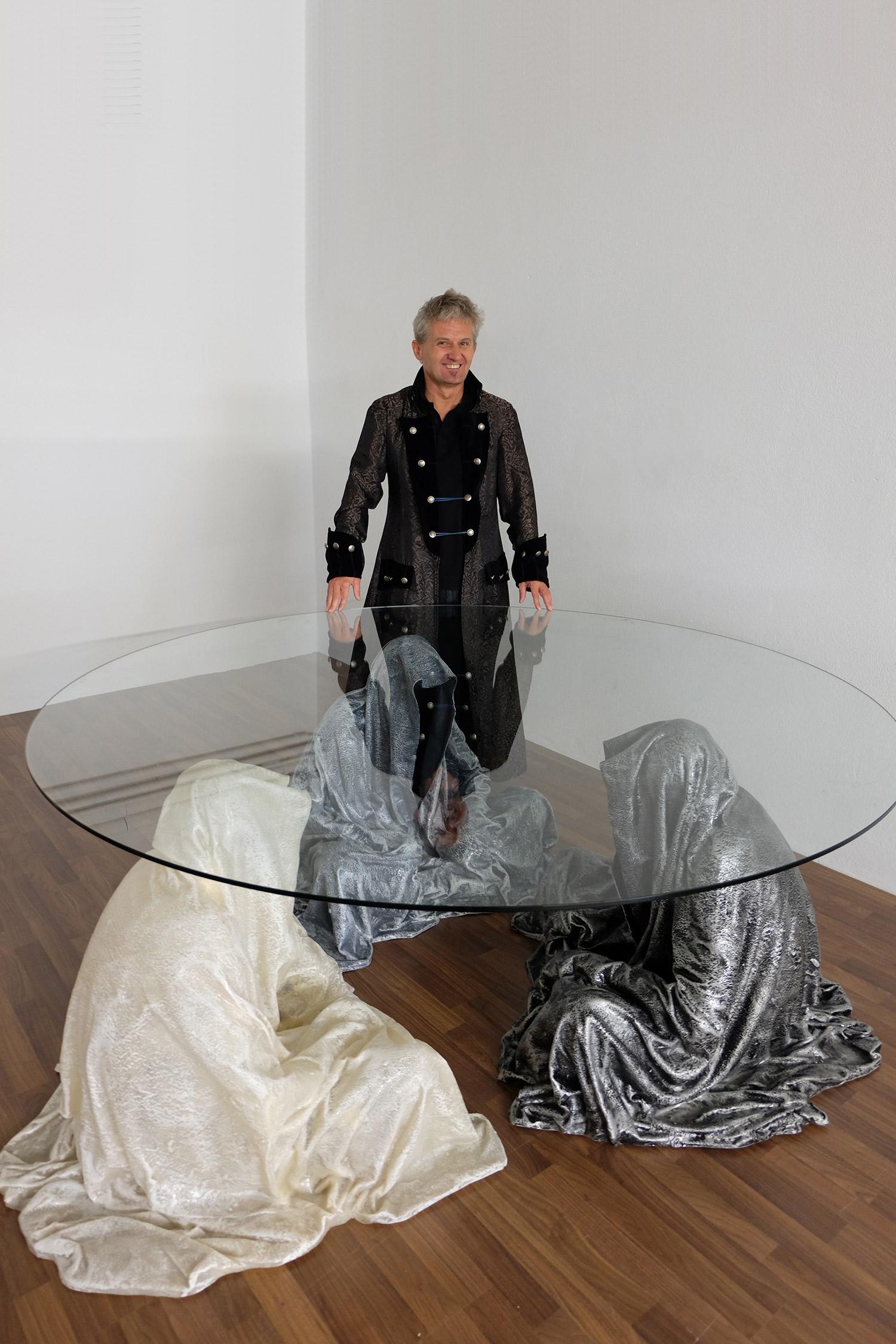 exclusive-furniture-guardian-table-glass-sculpture-statue-contemporary-light-art-design-antique-fine-art-manfred-kili-kielnhofer-4347y