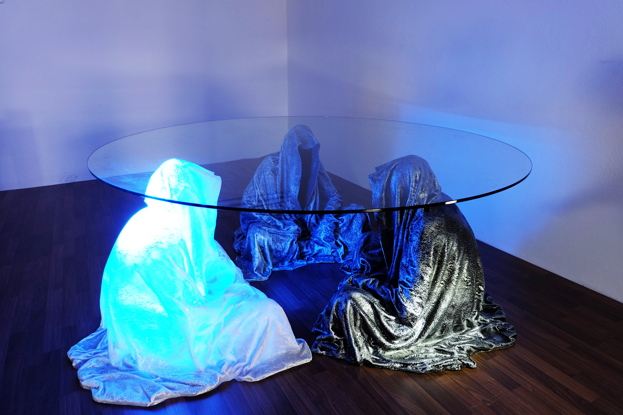 exclusive-furniture-guardian-table-glass-sculpture-statue-contemporary-light-art-design-antique-fine-art-manfred-kili-kielnhofer-4352