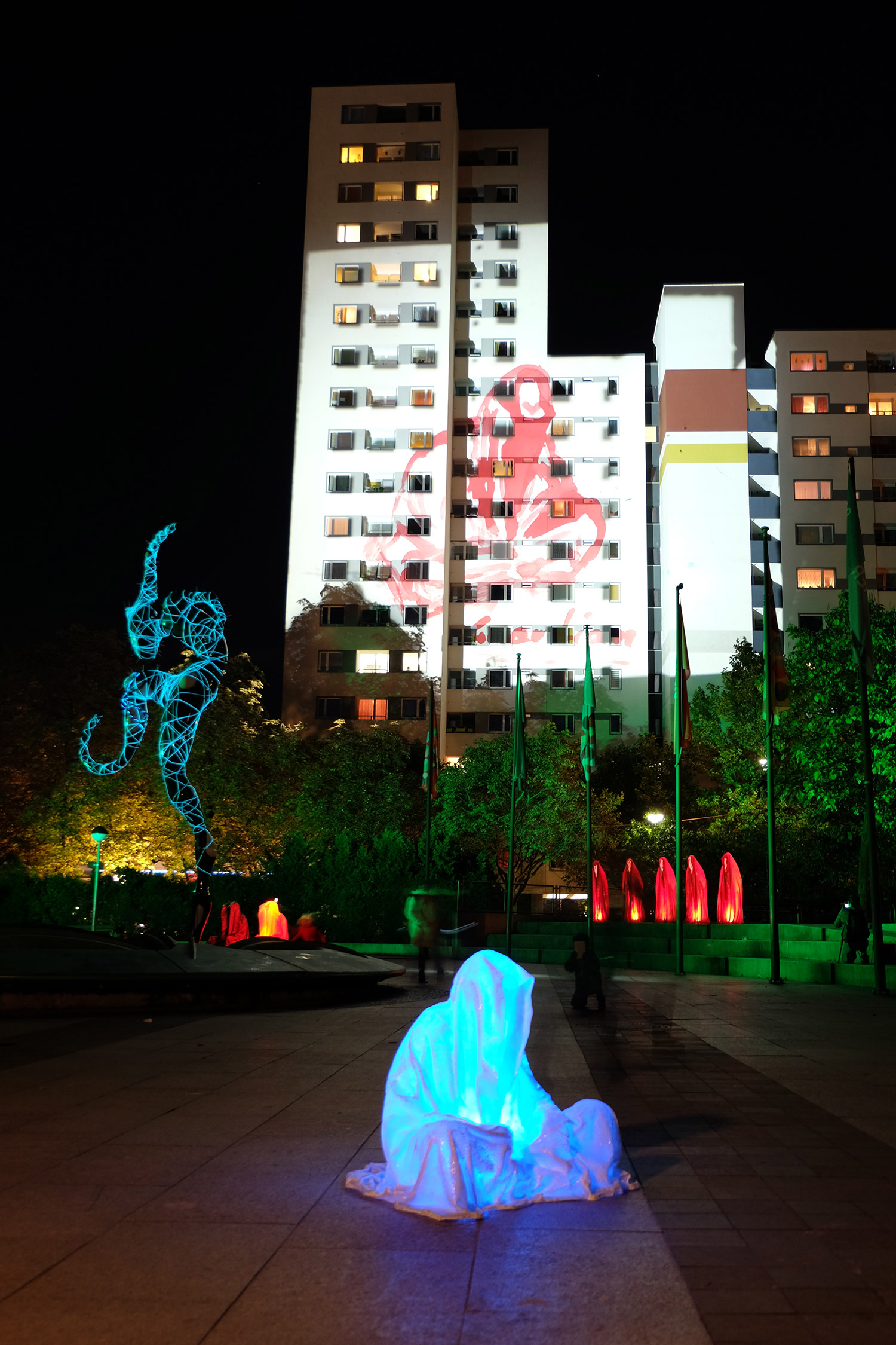 festival-of-lights-berlin-light-art-guardians-of-time-by-manfred-kielnhofer-contemporary-art-sculpture-statue-fine-art-design-ghost-faceless-9057