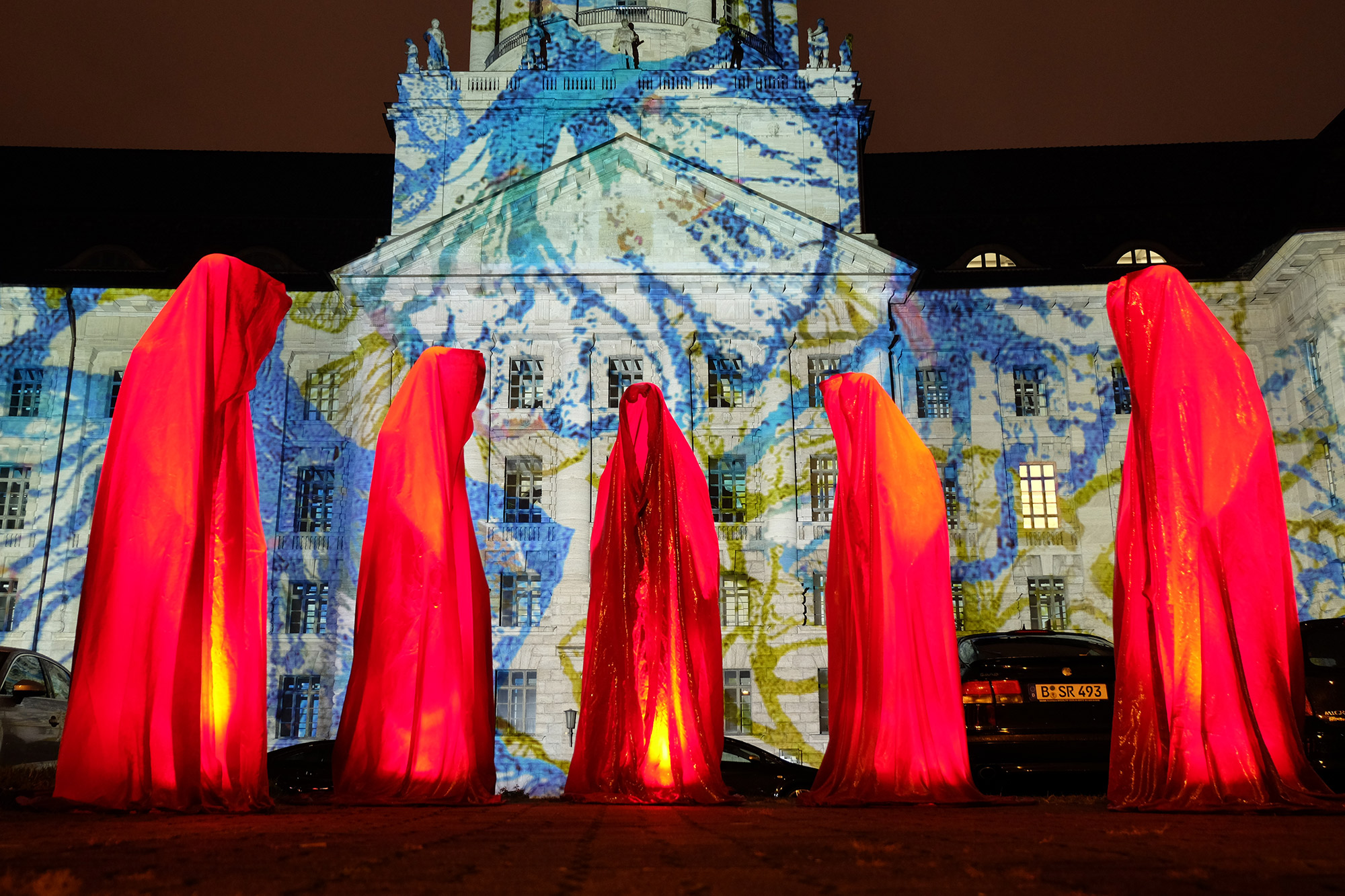 festival-of-lights-berlin-guardians-of-time-manfred-kielnhofer-lumina-light-contemporary-art-design-statue-sculpture-fineart-ghost-faceless-no-face-9250