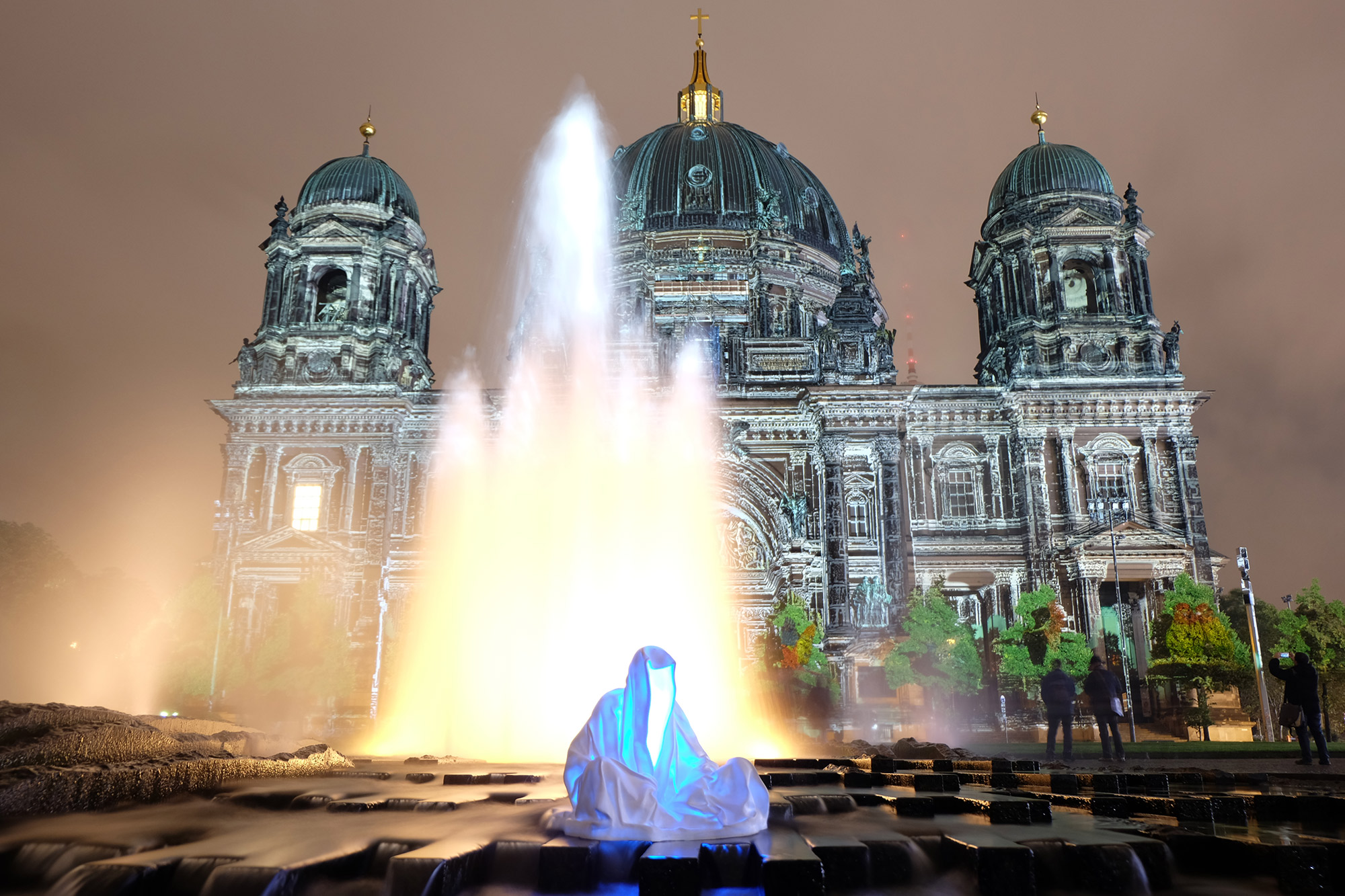 festival-of-lights-berlin-guardians-of-time-manfred-kielnhofer-lumina-light-contemporary-art-design-statue-sculpture-fineart-ghost-faceless-no-face-9313