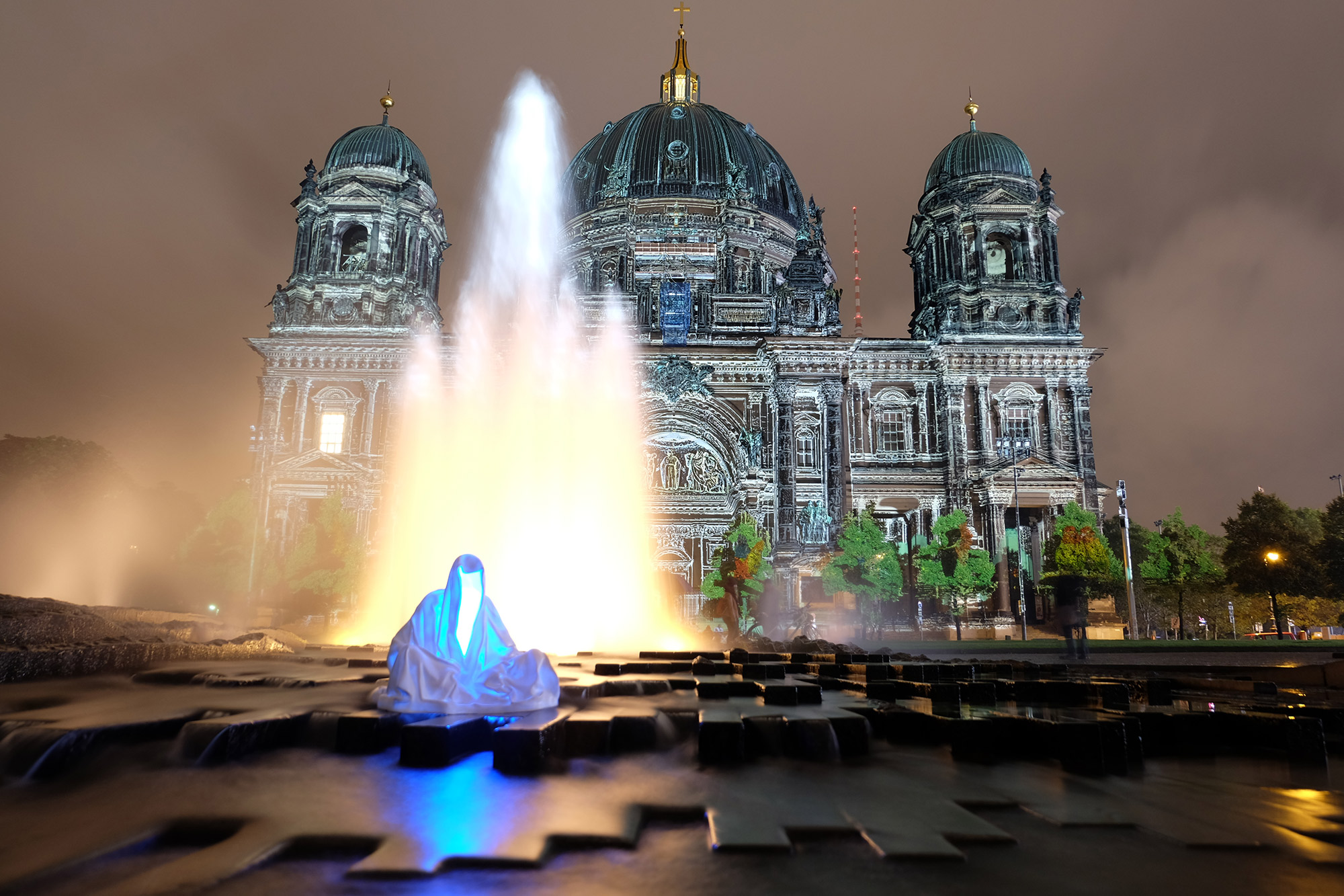 festival-of-lights-berlin-guardians-of-time-manfred-kielnhofer-lumina-light-contemporary-art-design-statue-sculpture-fineart-ghost-faceless-no-face-9315