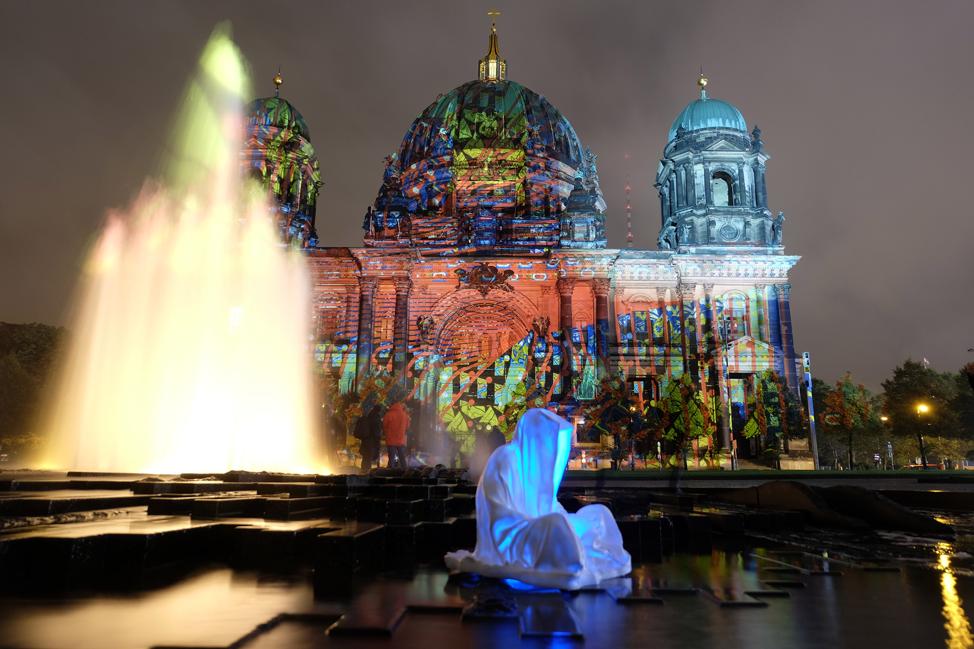 festival-of-lights-berlin-guardians-of-time-manfred-kielnhofer-lumina-light-contemporary-art-design-statue-sculpture-fineart-ghost-faceless-no-face-9336