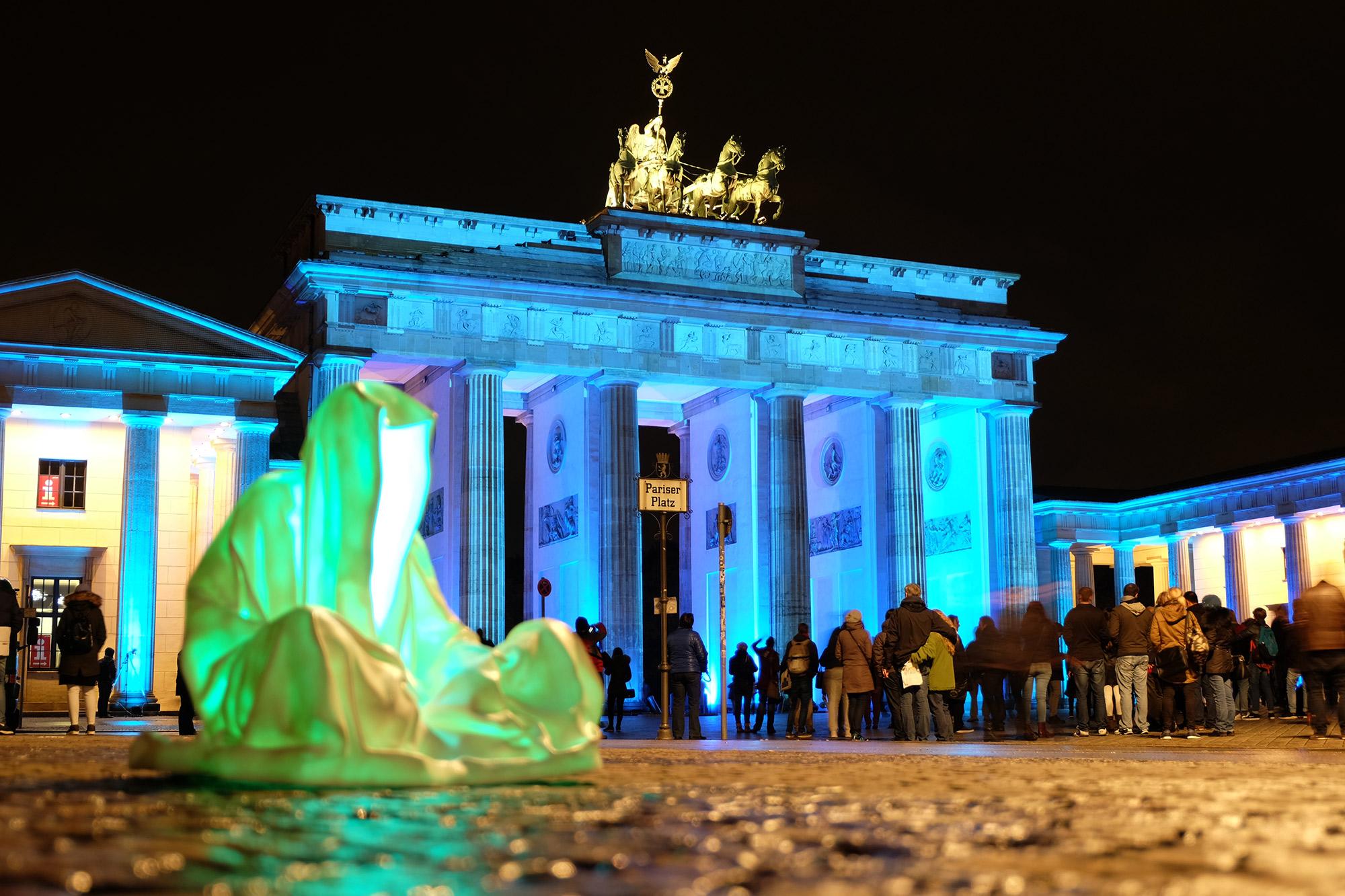festival-of-lights-berlin-guardians-of-time-manfred-kielnhofer-lumina-light-contemporary-art-design-statue-sculpture-fineart-ghost-faceless-no-face-9463