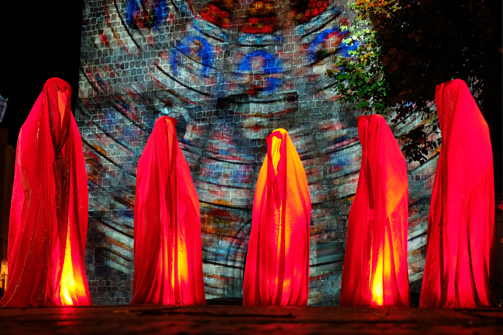 festival-of-lights-berlin-light-art-fine-arts-contemporary-sculpture-glow-guardians-of-time-manfred-kili-kielnhofer-statue-gallery-museum-festival-9028y