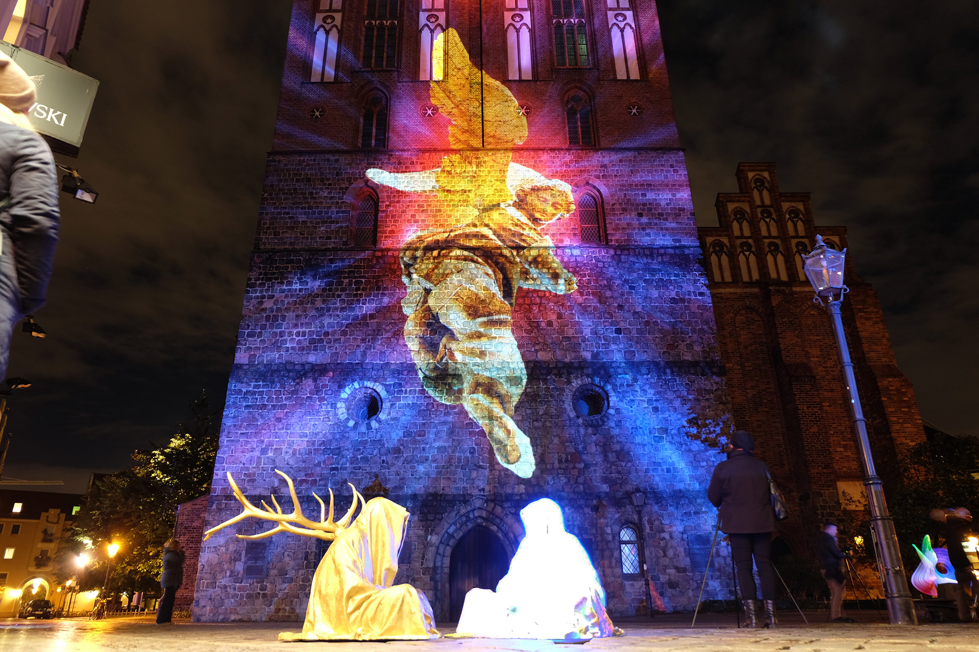 festival-of-lights-berlin-light-art-show-fine-arts-contemporary-art-design-modern-sculpture-statue-ghost-faceless-glow-lumina-8824