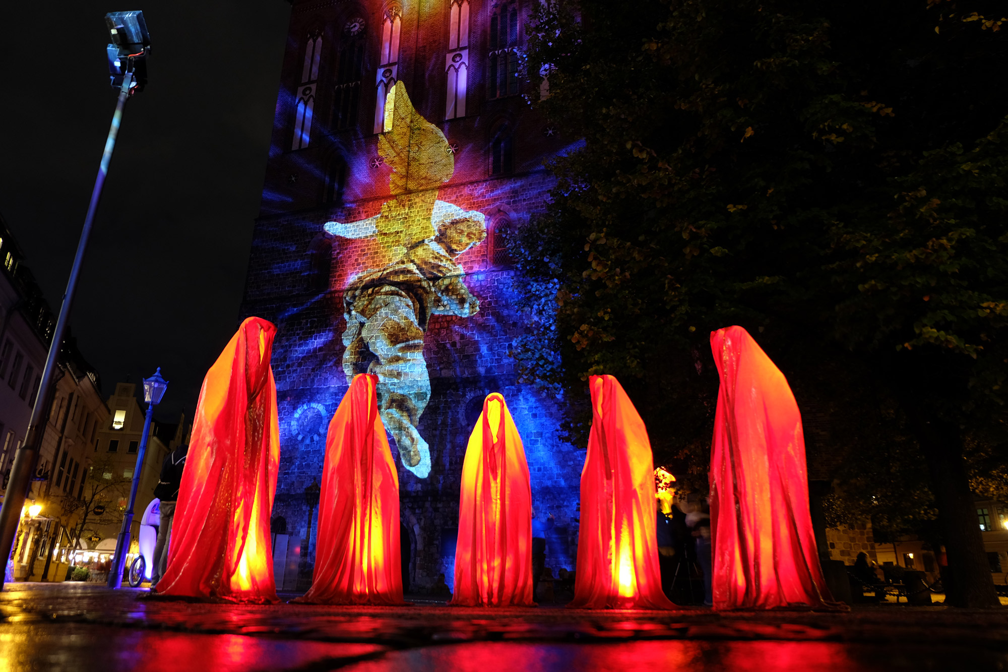 festival-of-lights-berlin-light-art-show-fine-arts-contemporary-art-design-modern-sculpture-statue-ghost-faceless-glow-lumina-8858