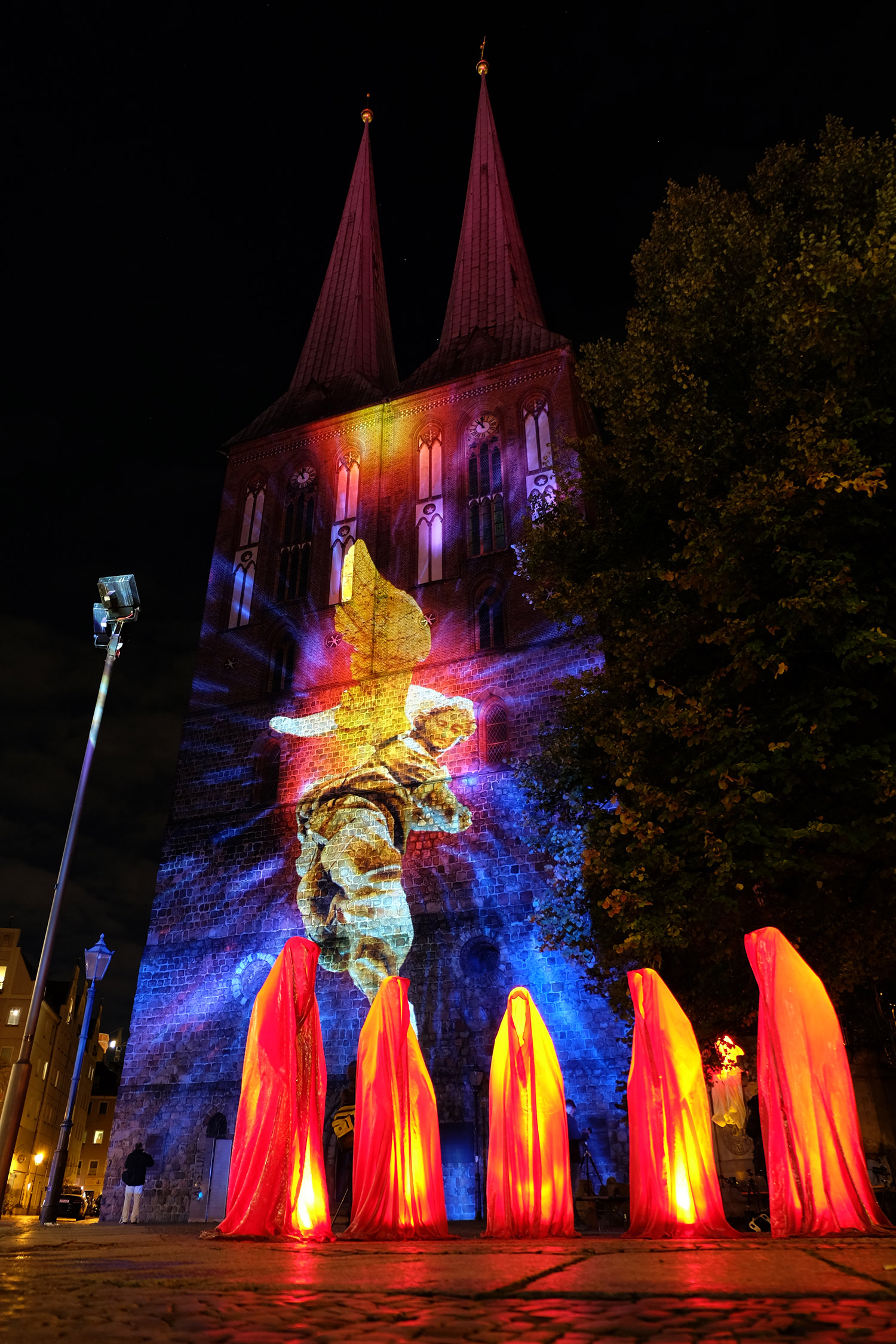 festival-of-lights-berlin-light-art-show-fine-arts-contemporary-art-design-modern-sculpture-statue-ghost-faceless-glow-lumina-8964